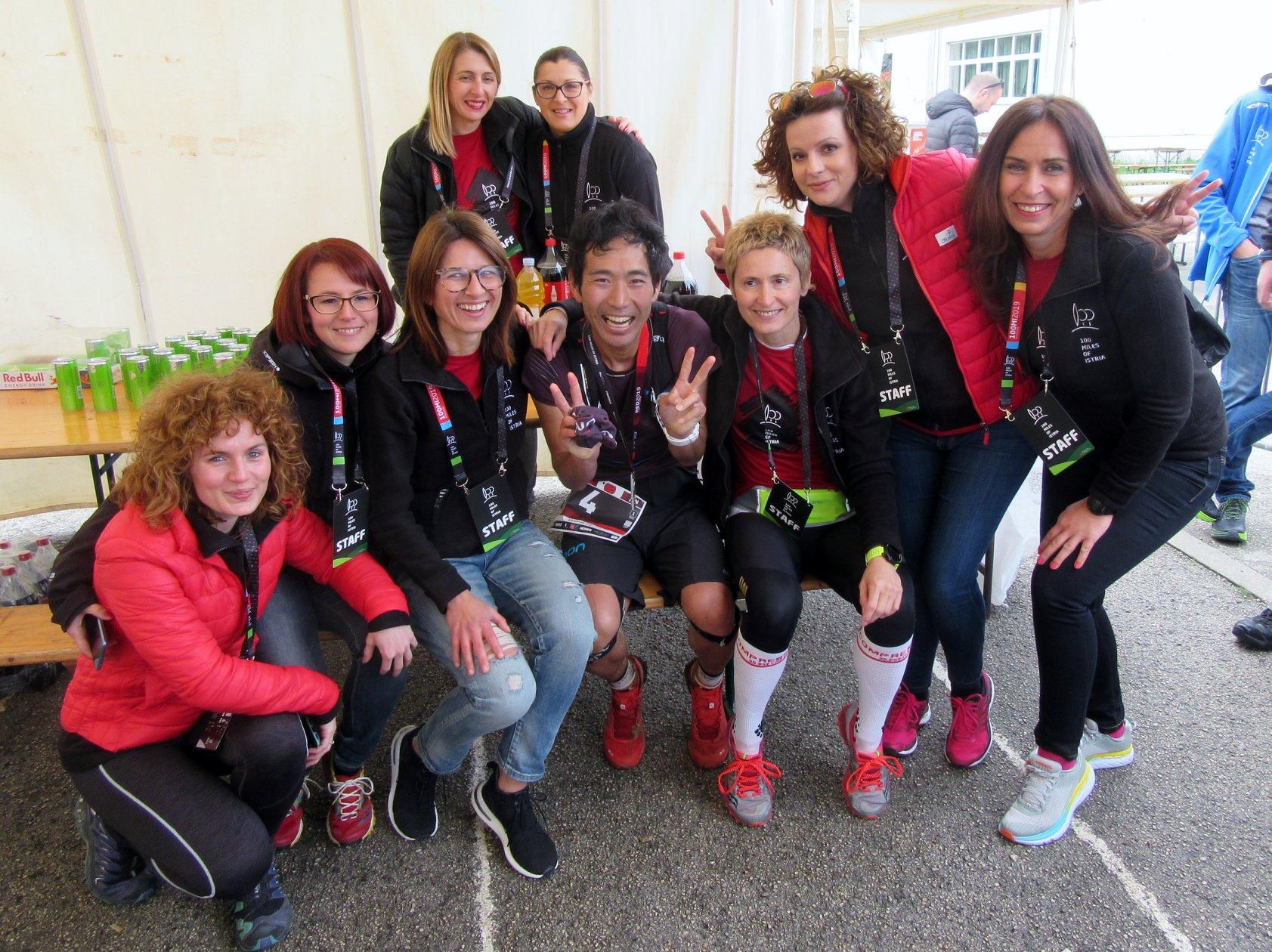 100 milja Istre, volonteri s pobejdnikom utrke na 168 km, Foto Torpedo runners