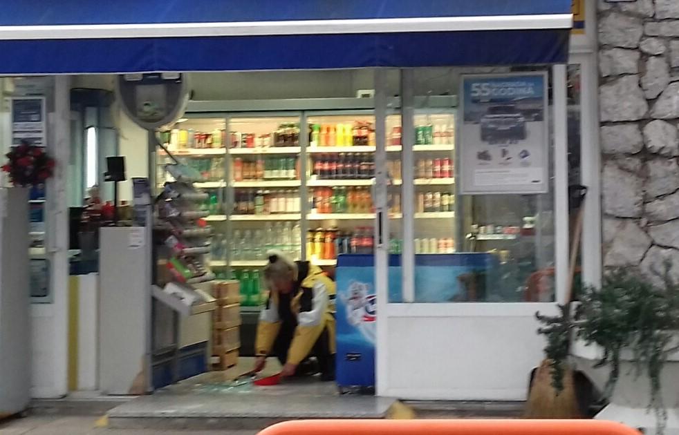 Uklanjanje krhotina stakla na ulazu u benzinsku postaju / Foto S.A.