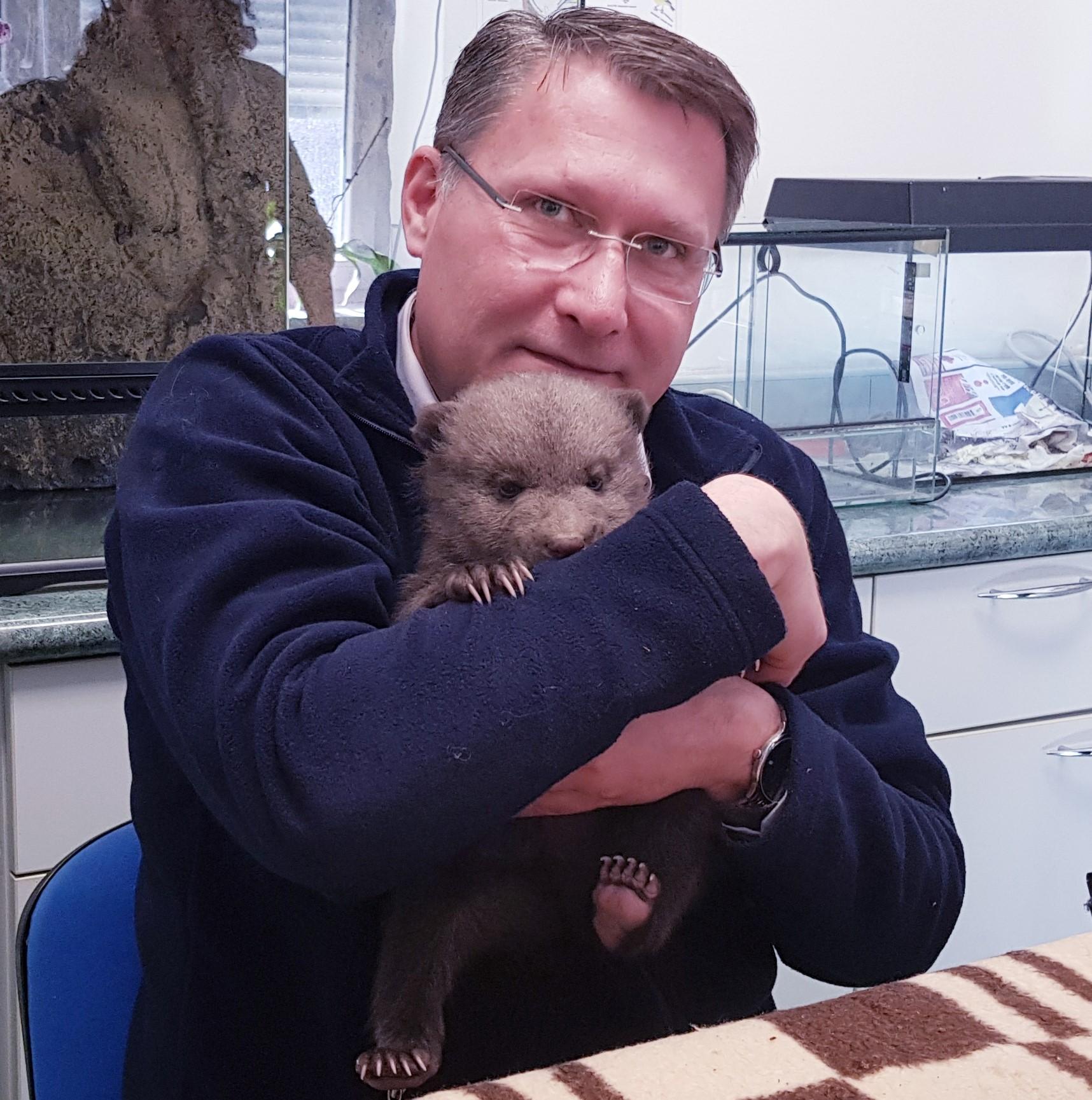 Damir Skok i medvjedić Matija u zagrebačkom Zoološkom vrtu