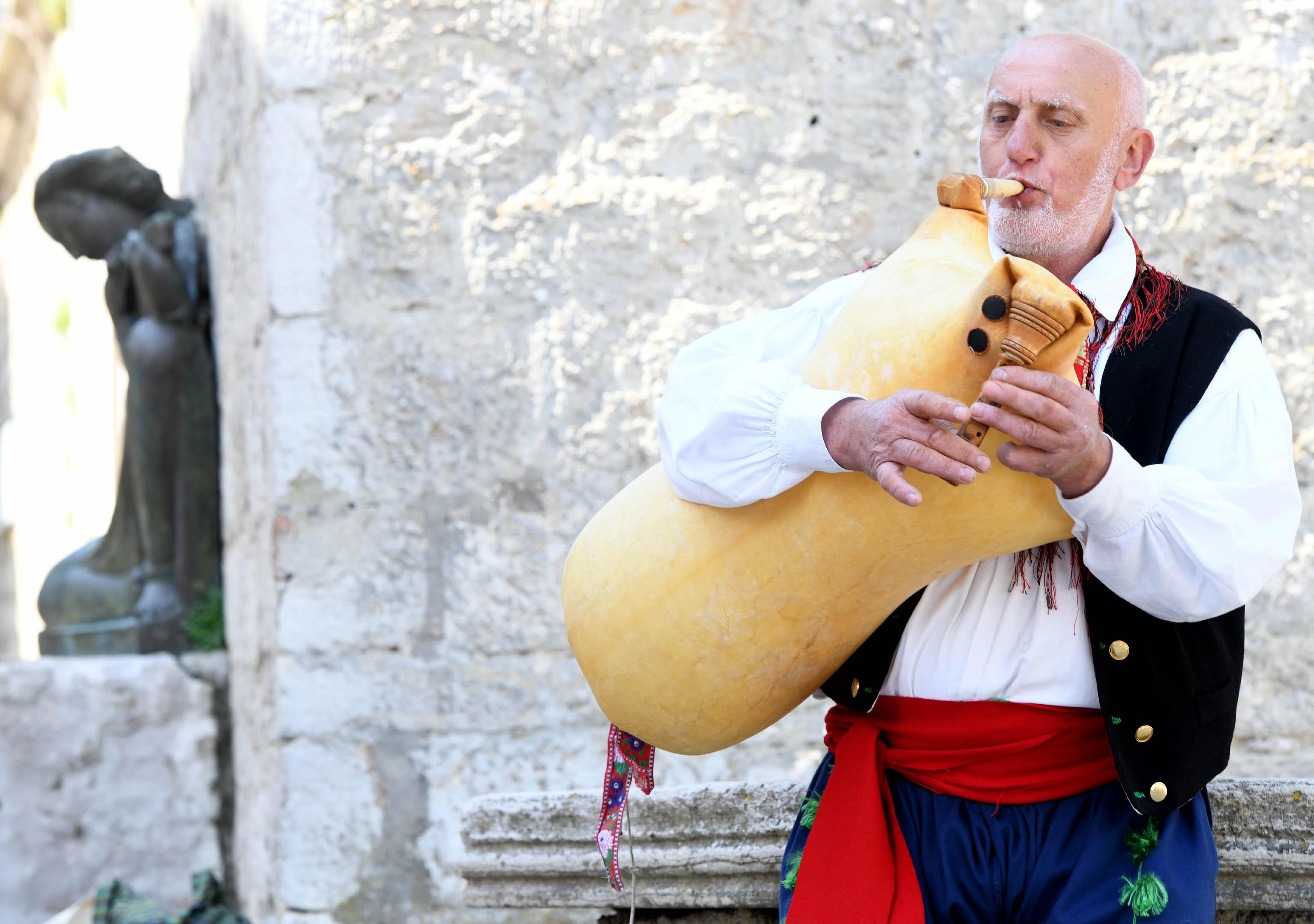 Mario Mužić iz Orleca na Festivalu mijeha u Nerezinama / Snimio Marko GRACIN