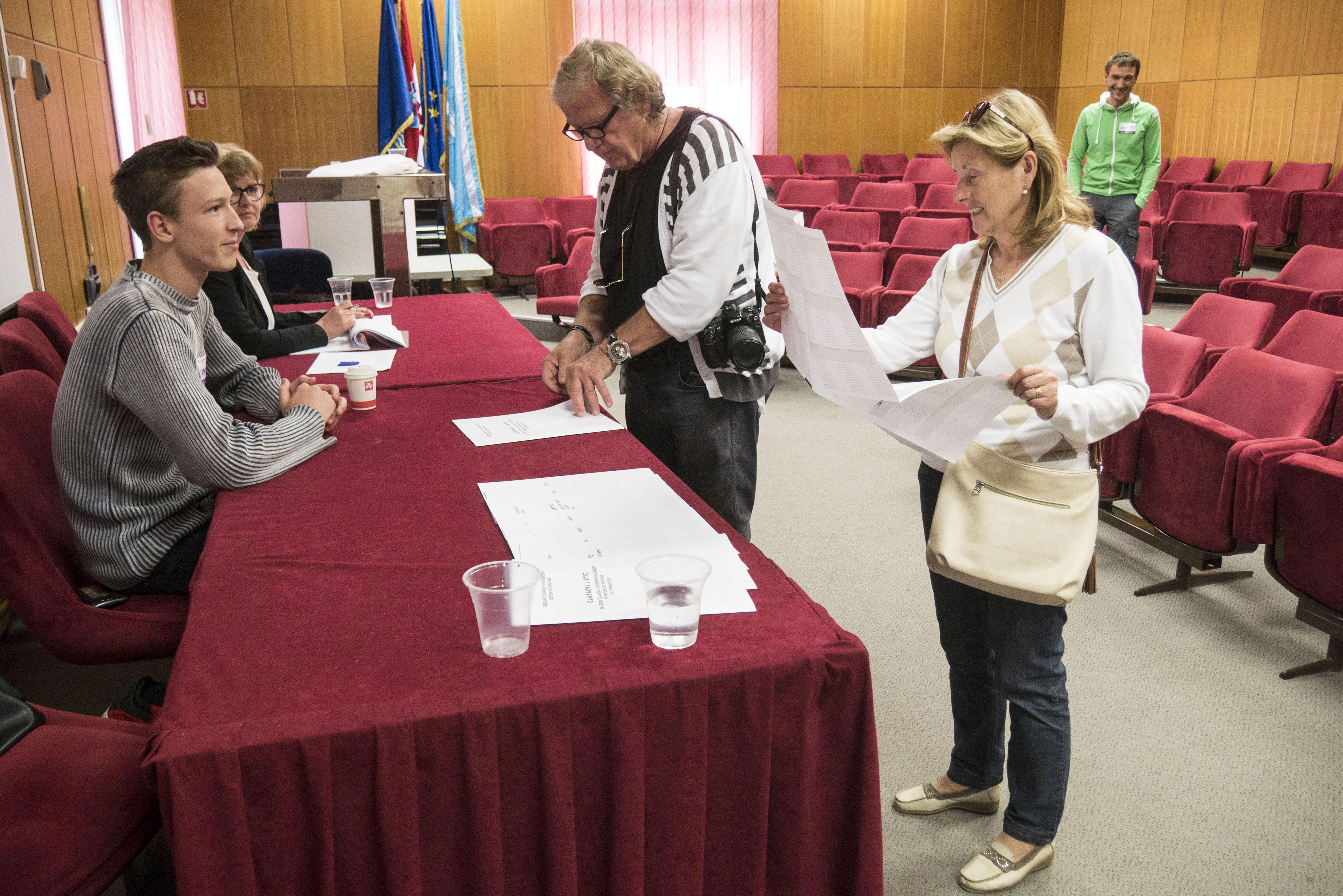 Opatijski birači 26. svibnja na izbornom mjestu u Villi Antonio / Snimio Marin ANIČIĆ
