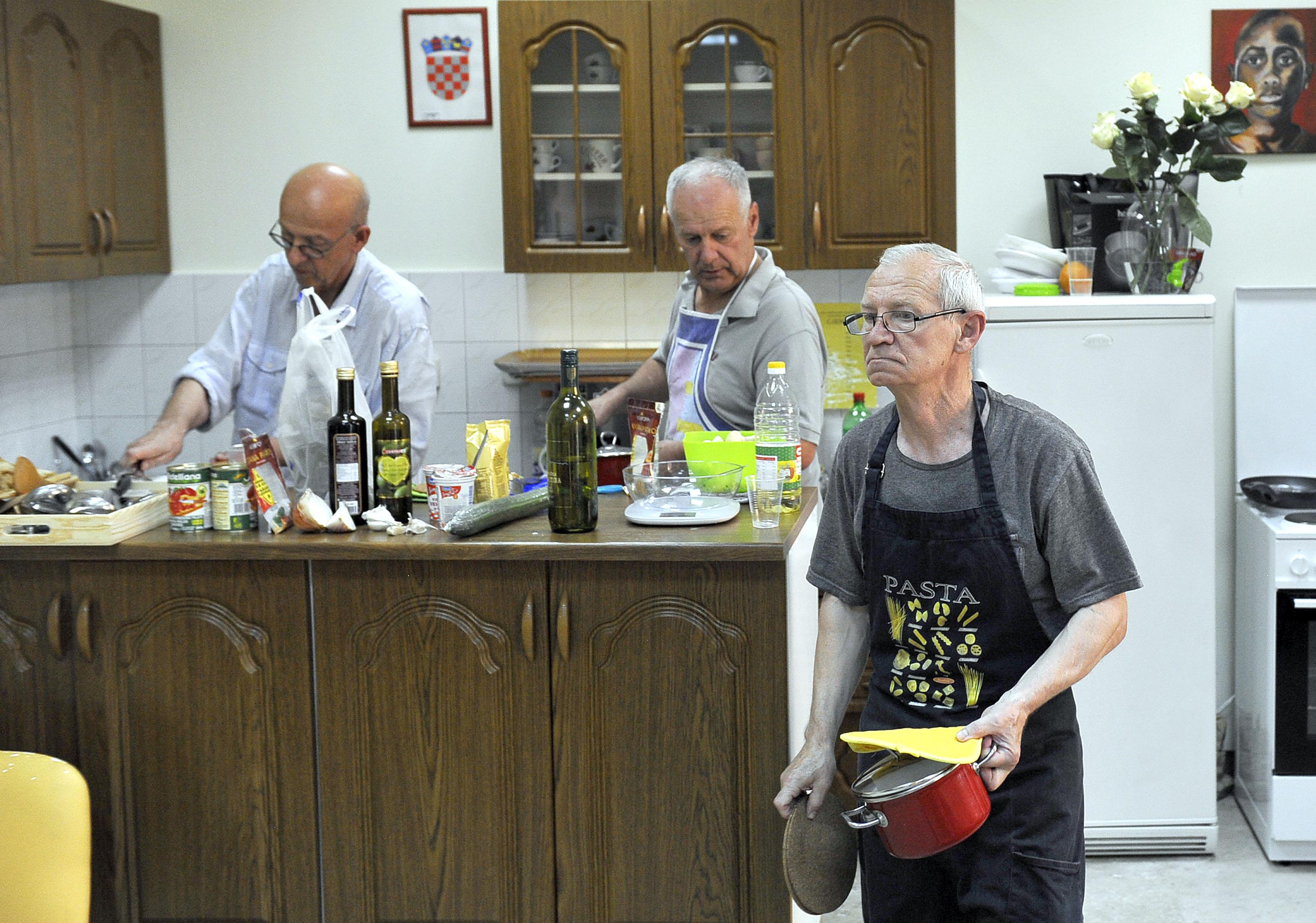 Pranje suđa je kreativan posao - Boris Turčić (prvi s lijeva) u akciji / Snimio Roni BRMALJ