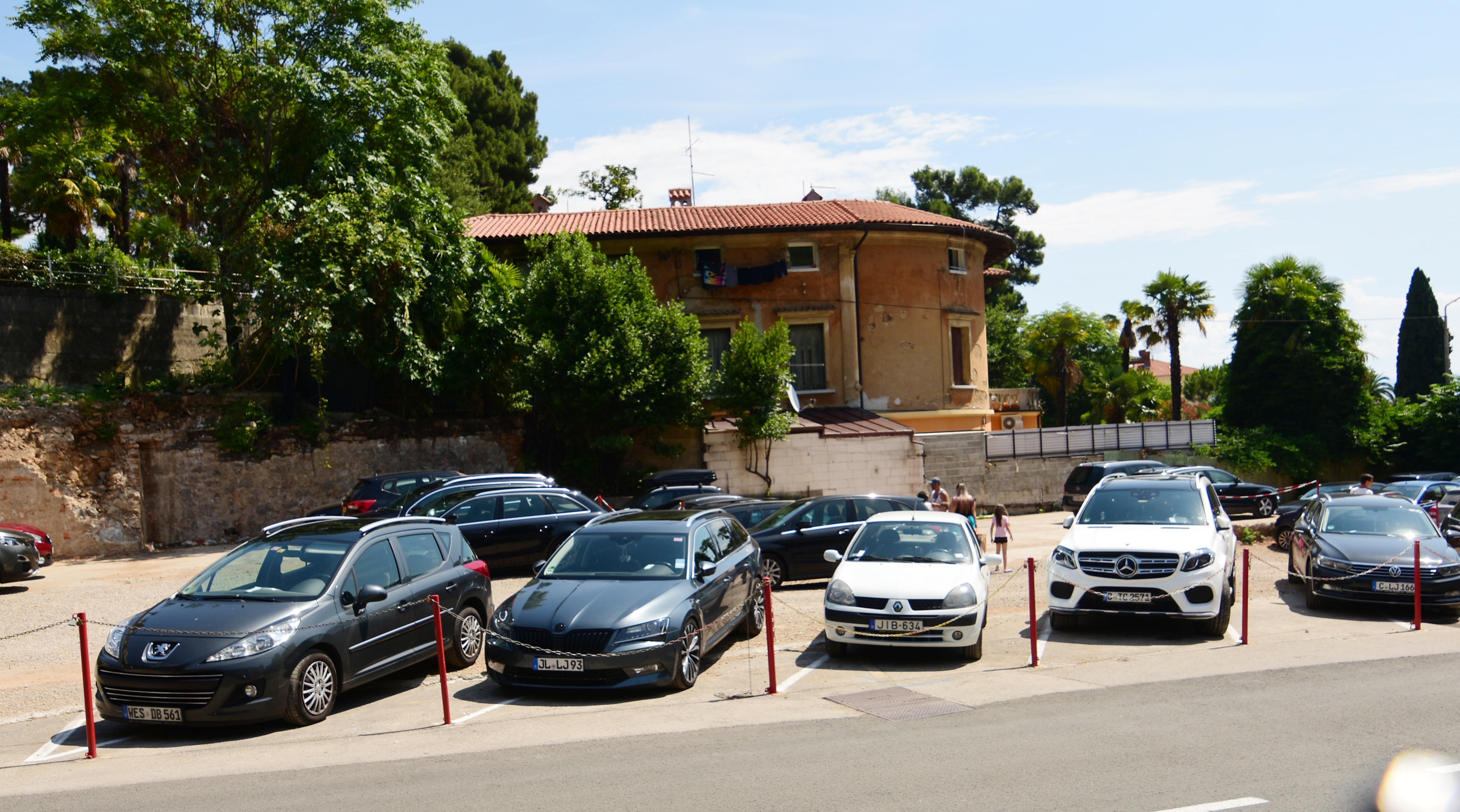 Parkiralište na mjestu bivšeg skladišta TPO-a / Foto Marin ANIČIĆ