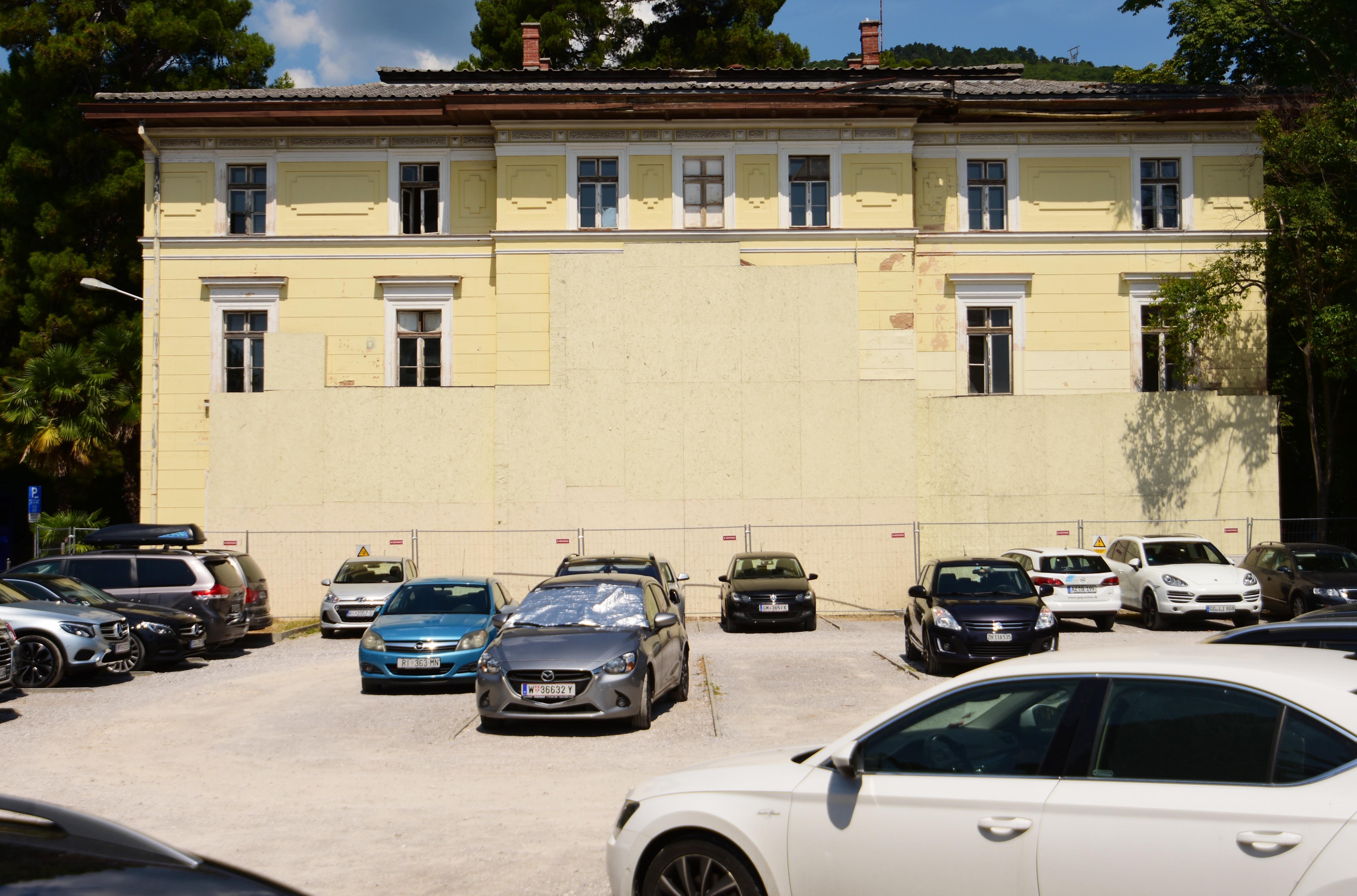 Improvizirano parkiralište na mjestu bivšeg hotela Zagreb / Foto Marin ANIČIĆ