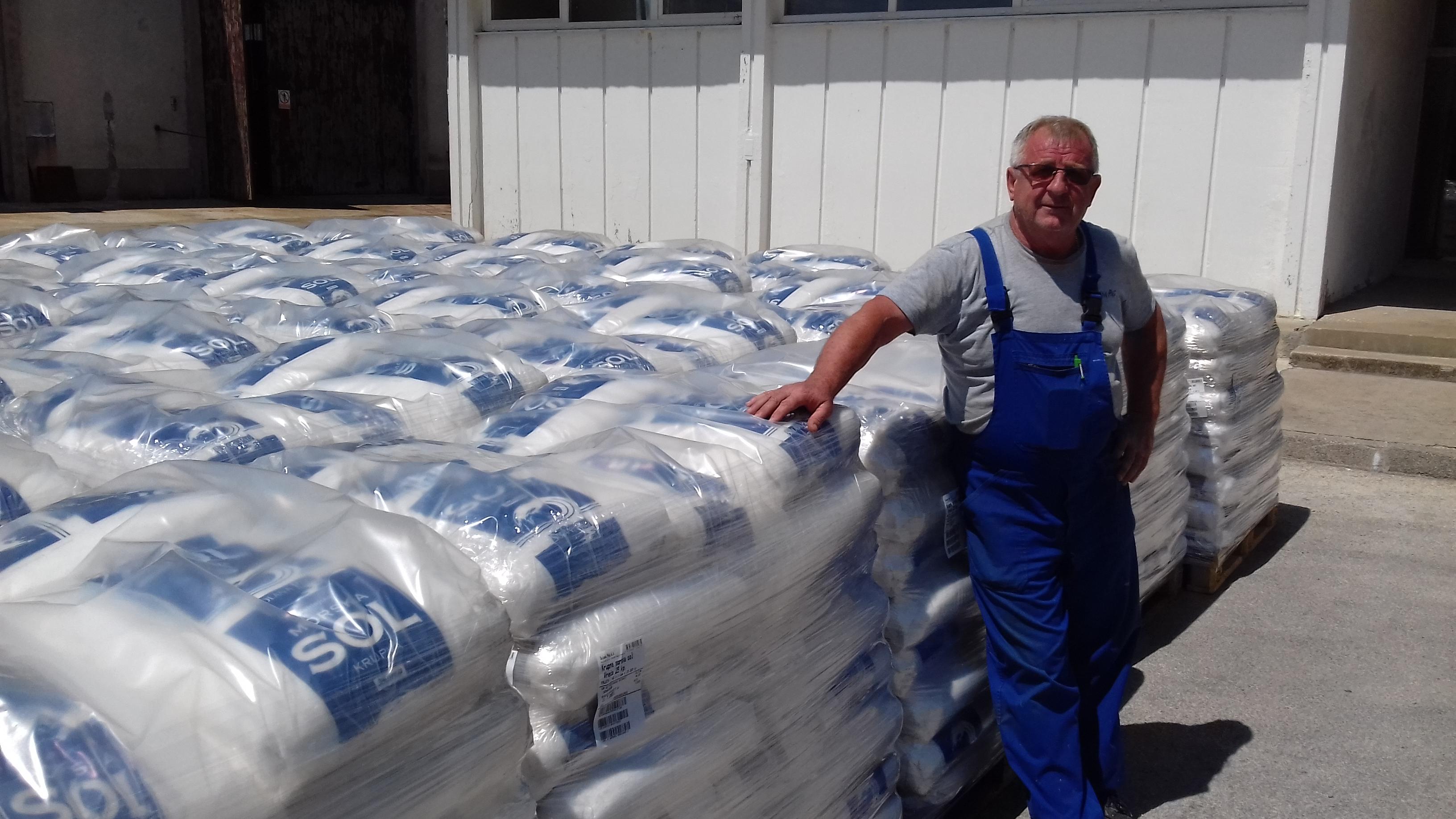 Nedjeljko Fabijanić stručnjak je za ručnu proizvodnju soli / Foto Marinko GLAVAN
