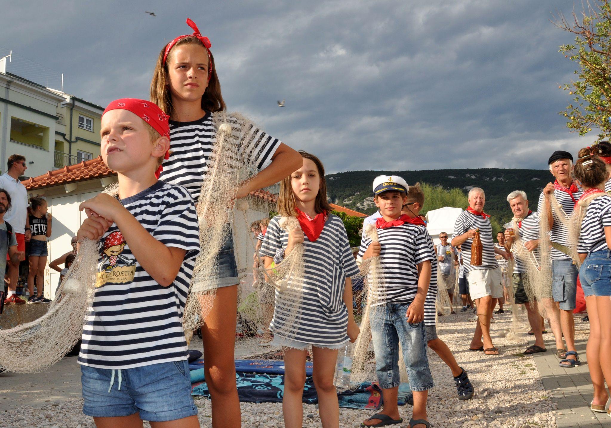 Povorka ribara na bašćanskom Ribarskom danu / Snimio Mladen TRINAJSTIĆ