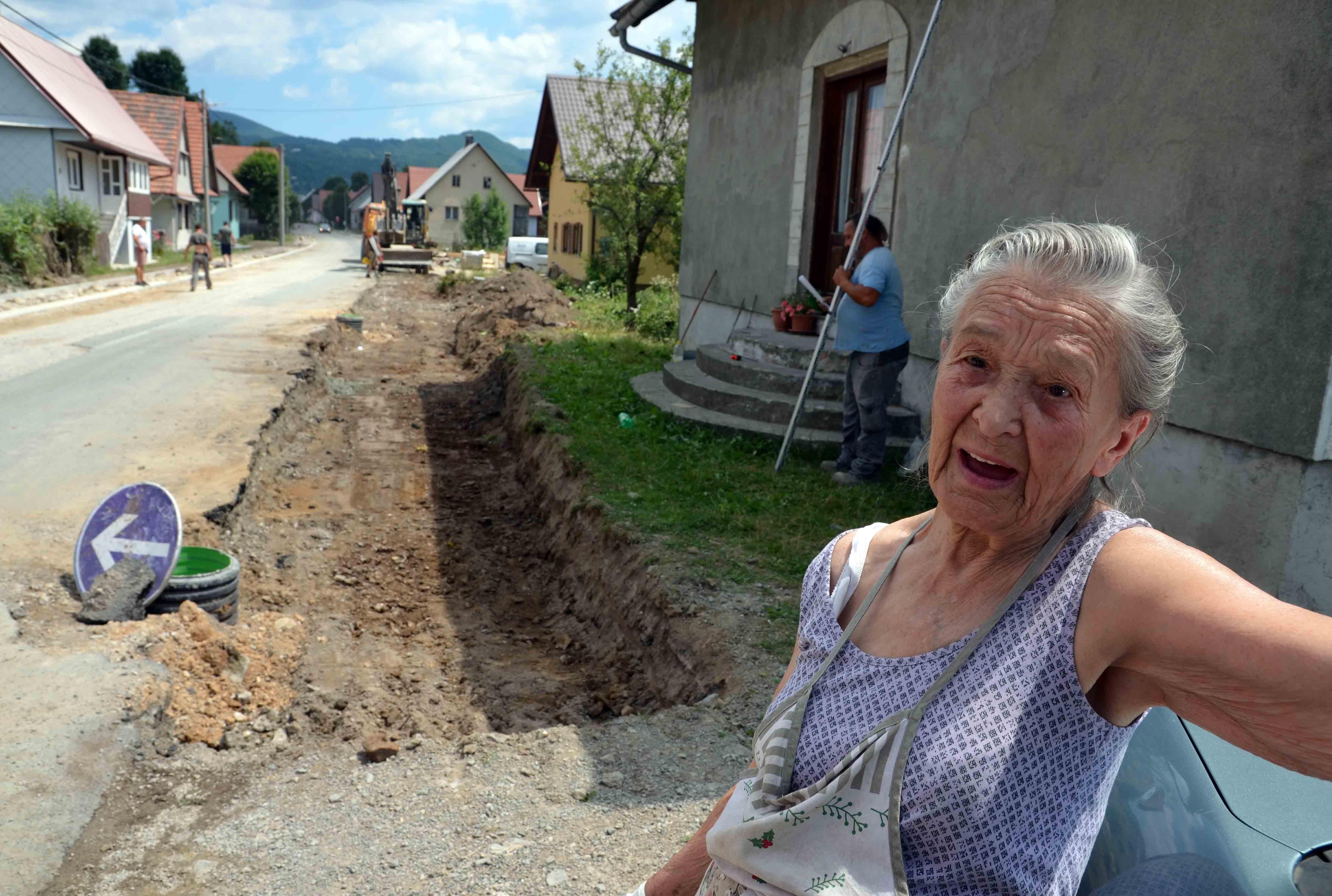 Dragica Gržanić ogorčena zbog rušenja stare lipe / Snimio Marinko KRMPOTIĆ
