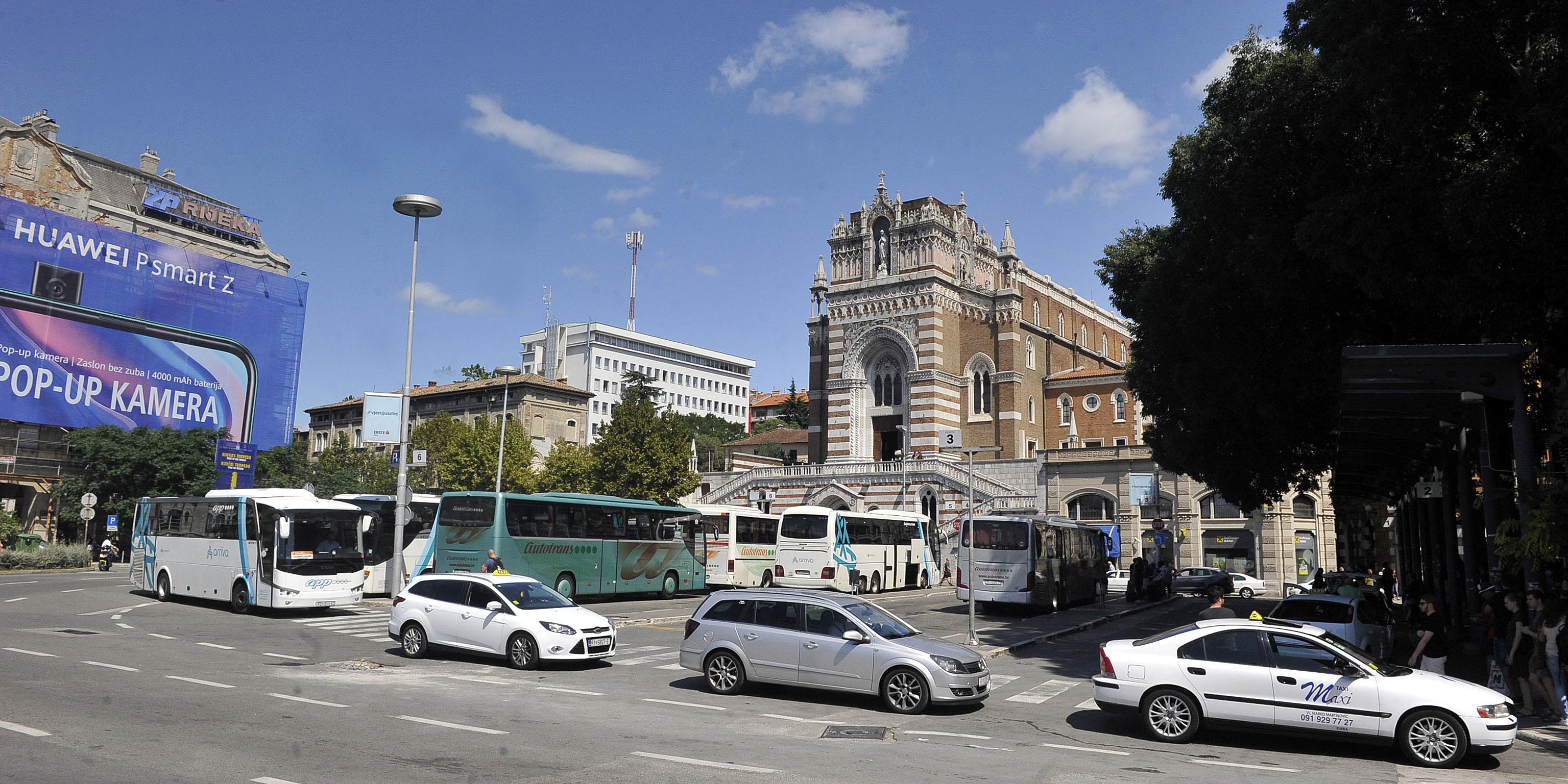 Žabica - autobusni kolodvor u centru grada / Snimio Roni BRMALJ