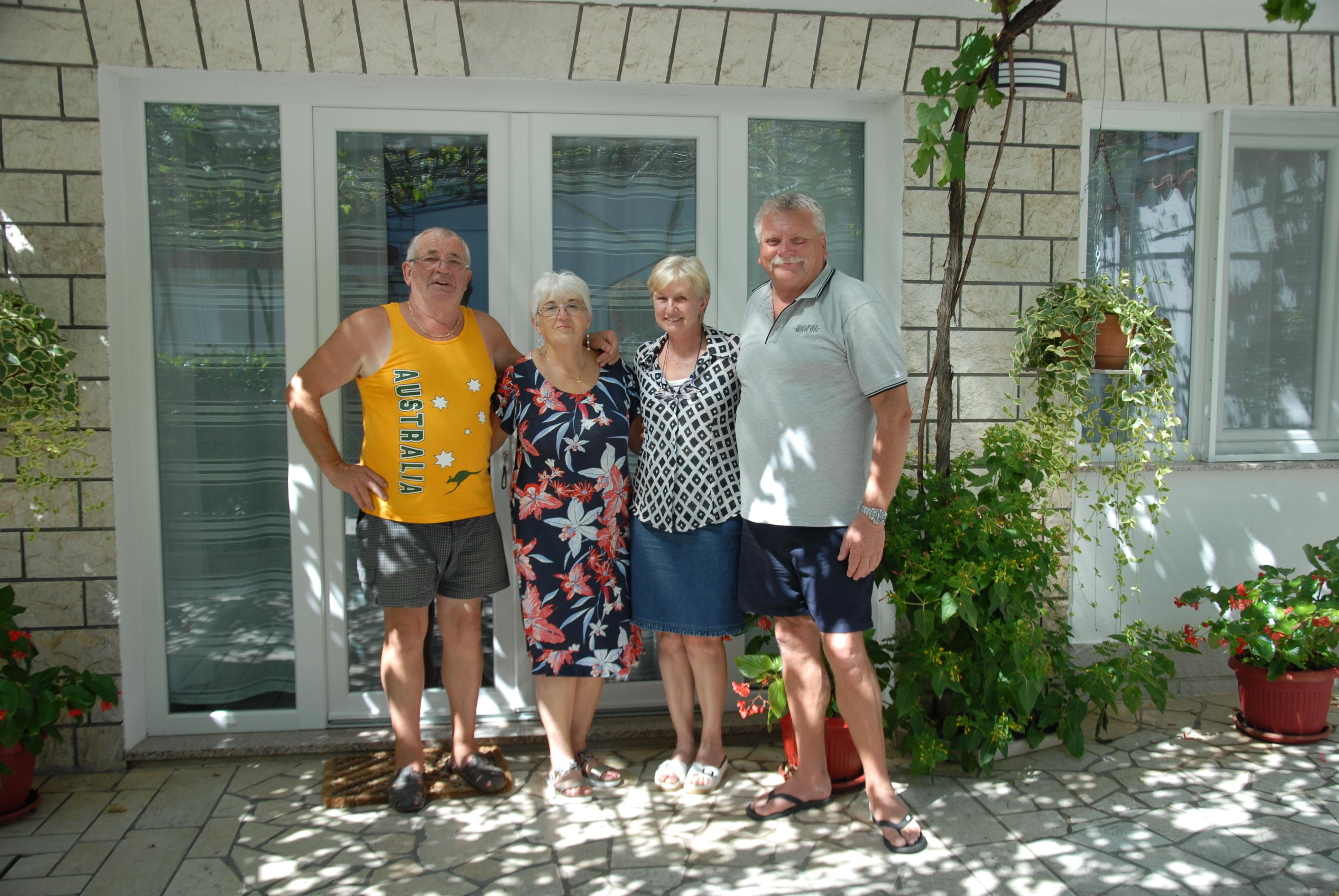Obitelj na okupu - Ivan i Nela Pemper te Vesna i Kel Burnett u Triblju / Snimila Nataša CAR