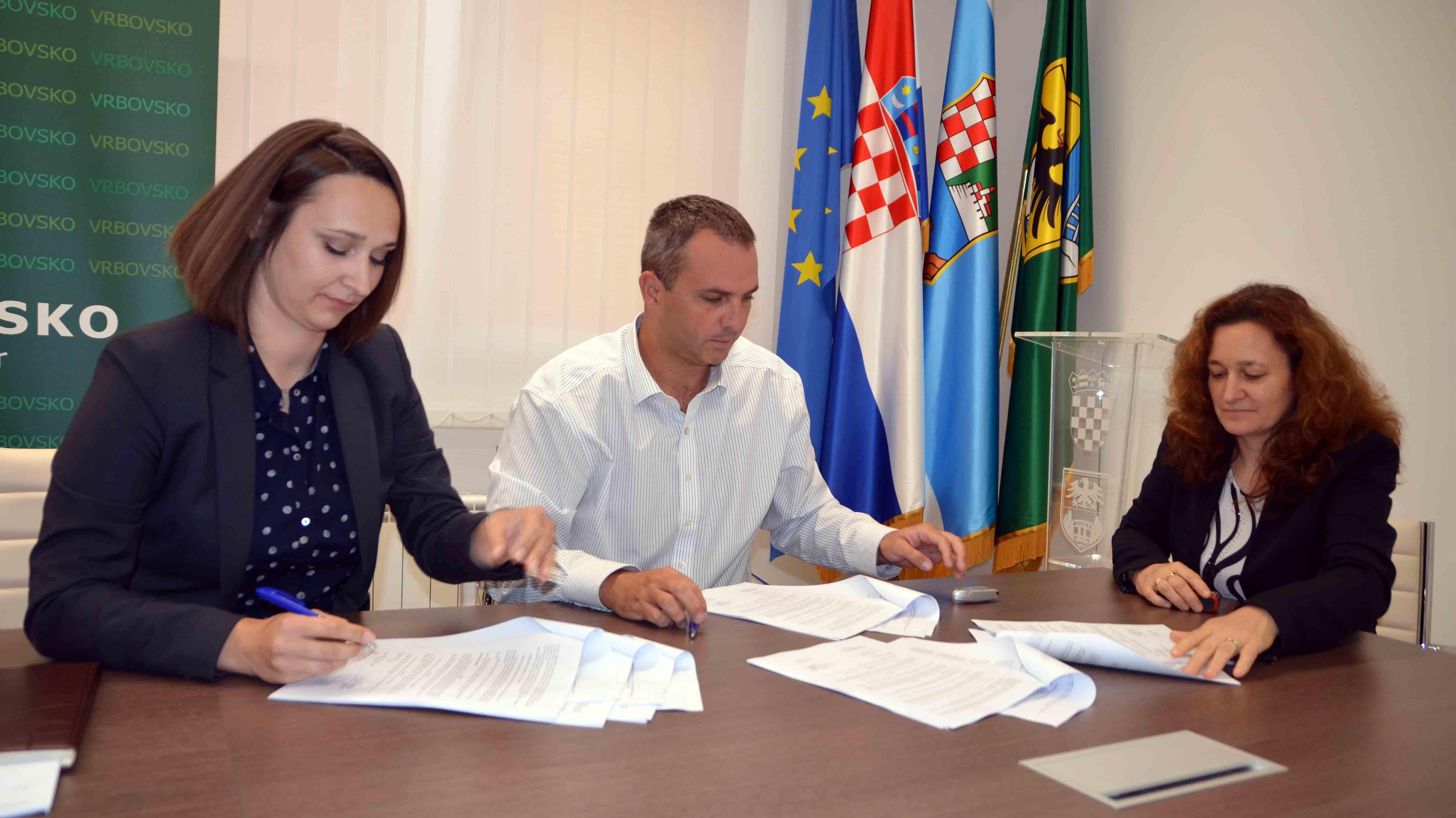 Ugovor su potpisali Nikolina Mamula, Boris Uzelac i Lolita Erent / Snimio Marinko KRMPOTIĆ