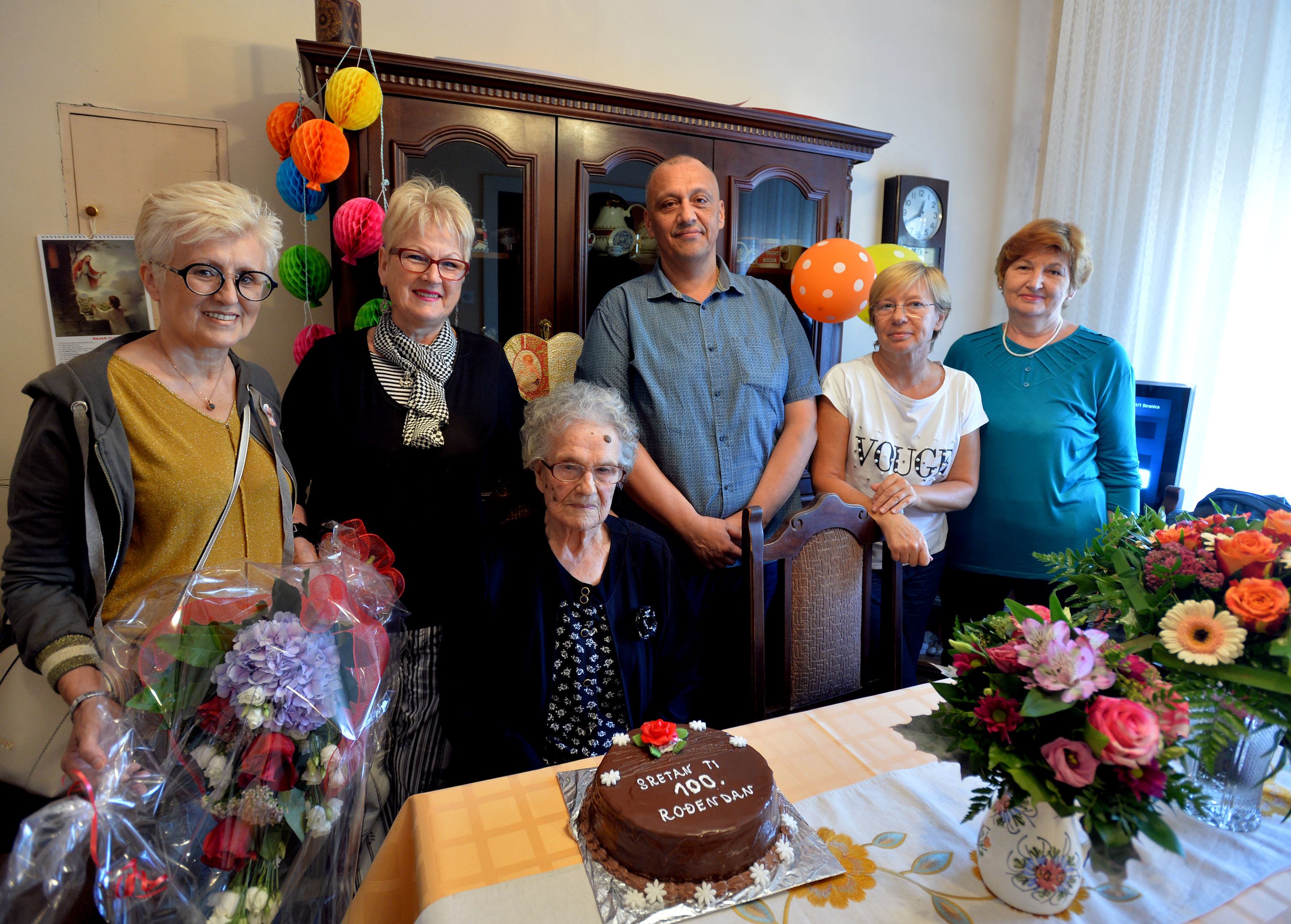 Predstavnici Mjesnog odbora Banderova čestitali su baki Jeki 100. rođendan u njezinom domu na Banderovu / Snimio Damir ŠKOMRLJ