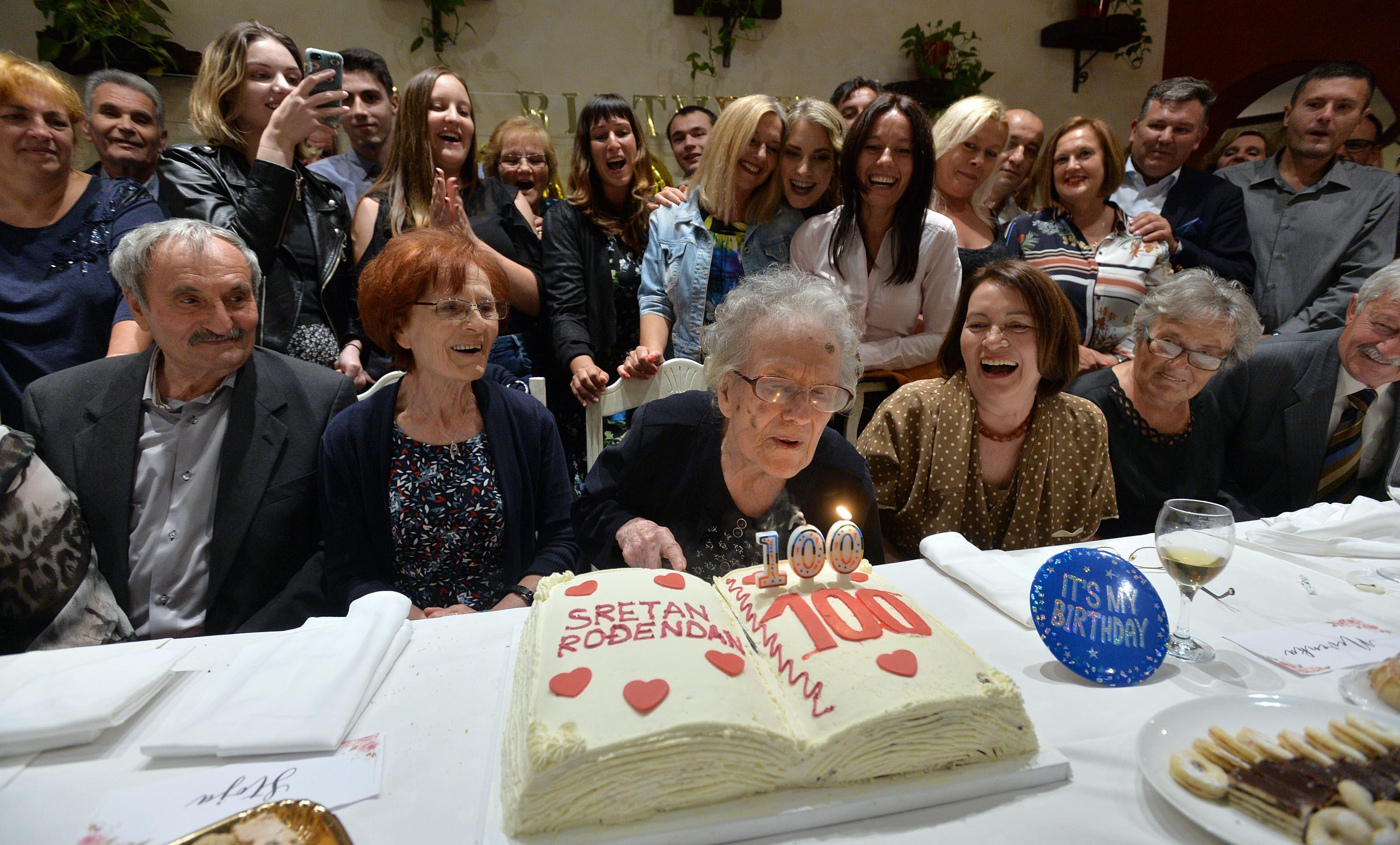 Svijeće na rođendanskoj torti su ugašene, ali plamen života i dalje gori u baki Jeki / Snimio Damir ŠKOMRLJ