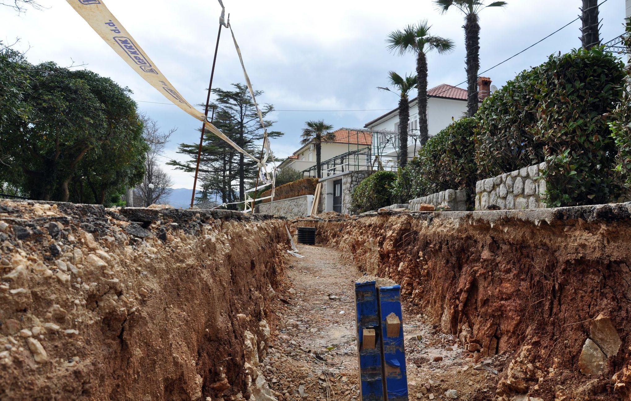 I na području Dobrinjštine intenziviraju se radovi na izgradnji kanalizacije  / Snimio Mladen TRINAJSTIĆ