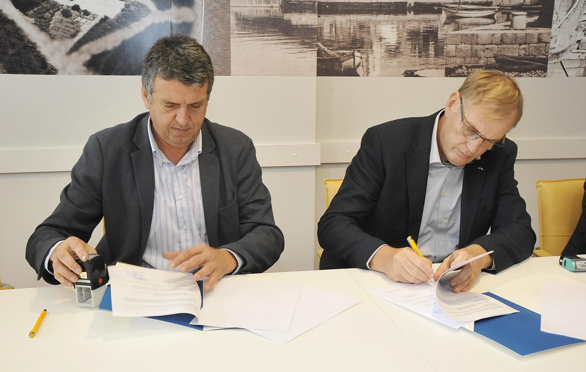 Ugovor vrijedan 9 milijuna kuna potpisali su Damir Rukavina i Arsen Bistričić / Snimio Sergej DRECHSLER