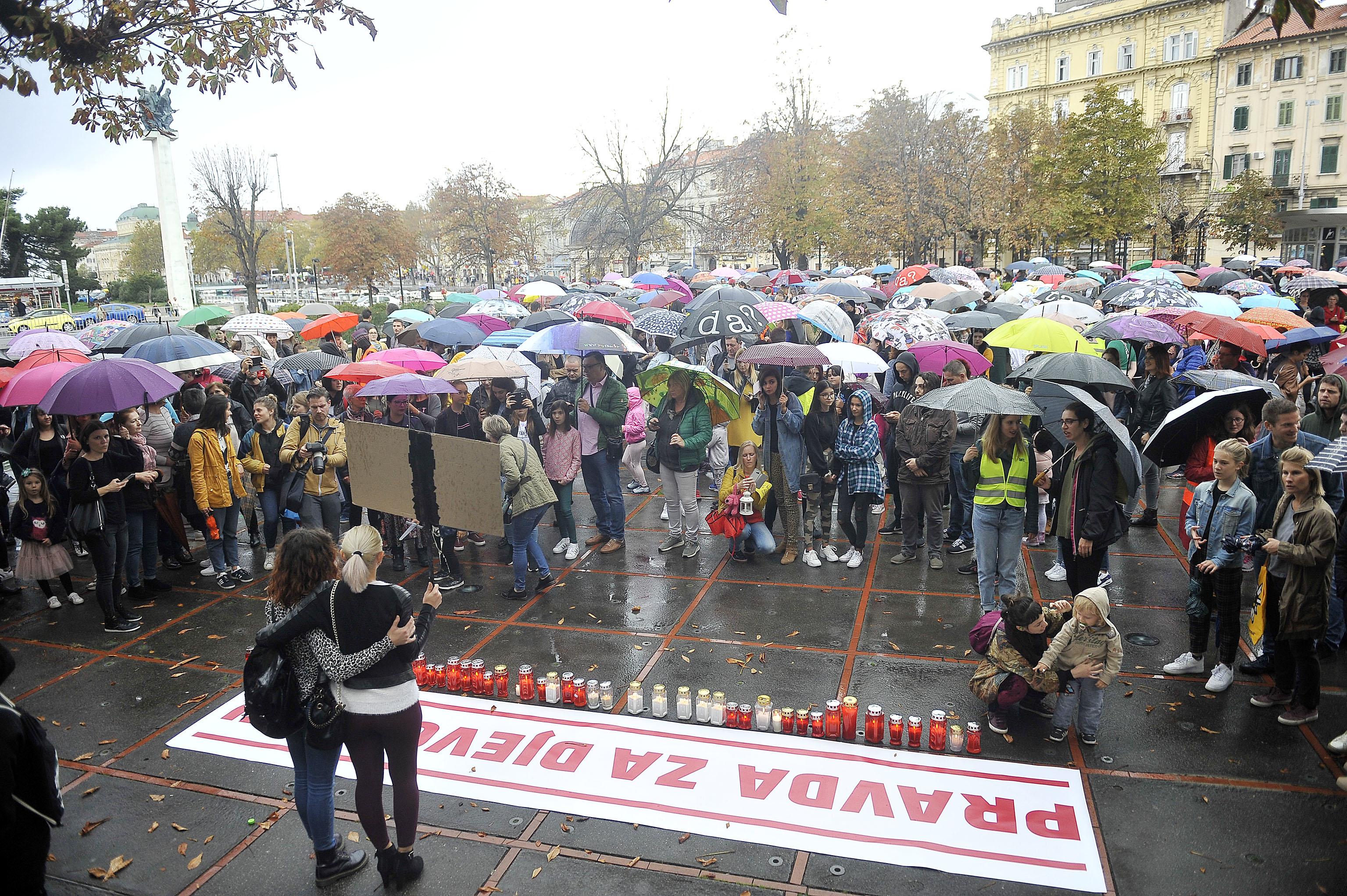 Mlado i staro, žene i muškarci pred Kontom u Rijeci u Prosvjedu za djevojčice  / Foto Roni BRMALJ
