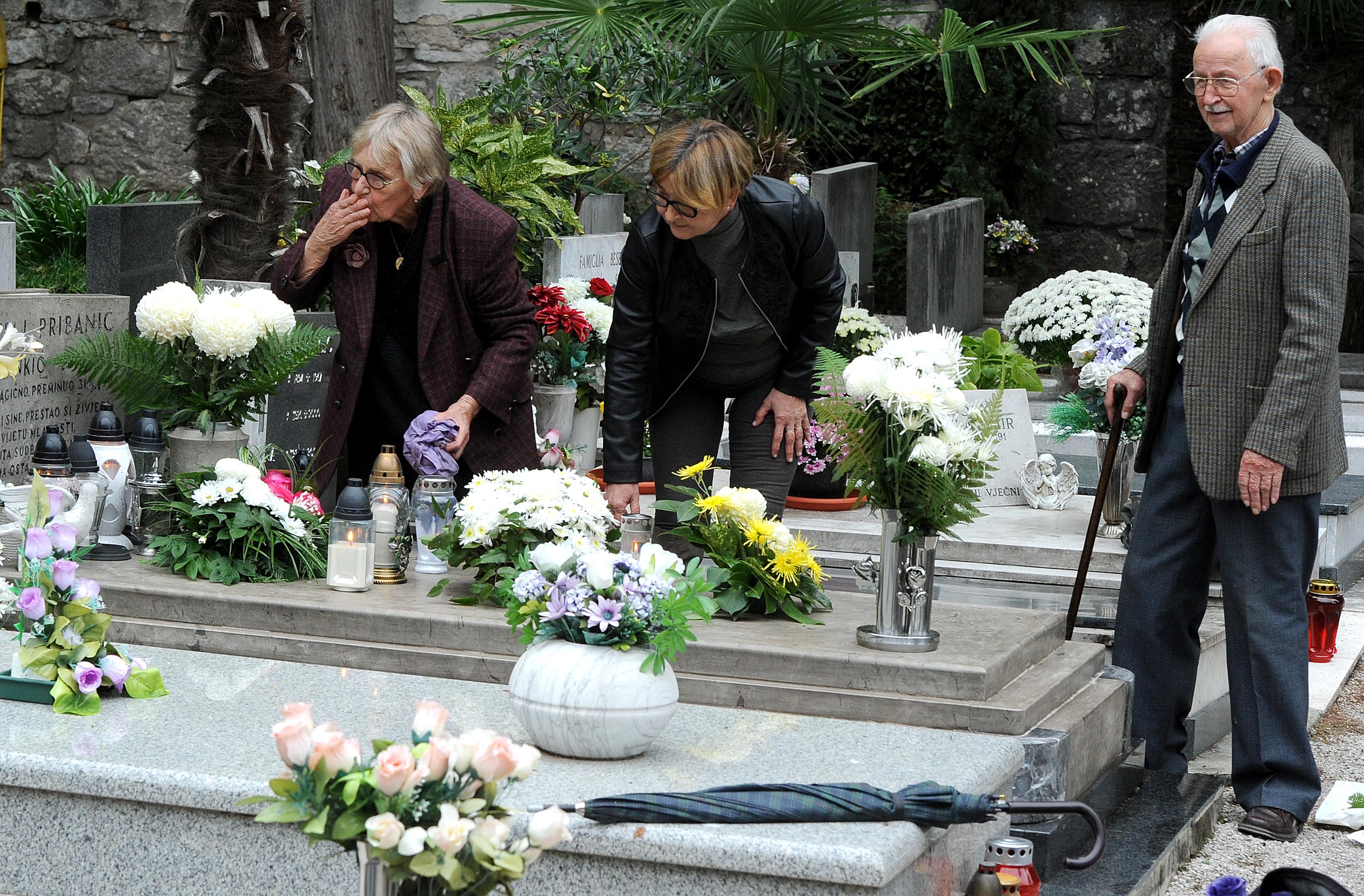 Grob treba ukrasiti, a pokojniku poslati poljubac / Foto M. GRACIN