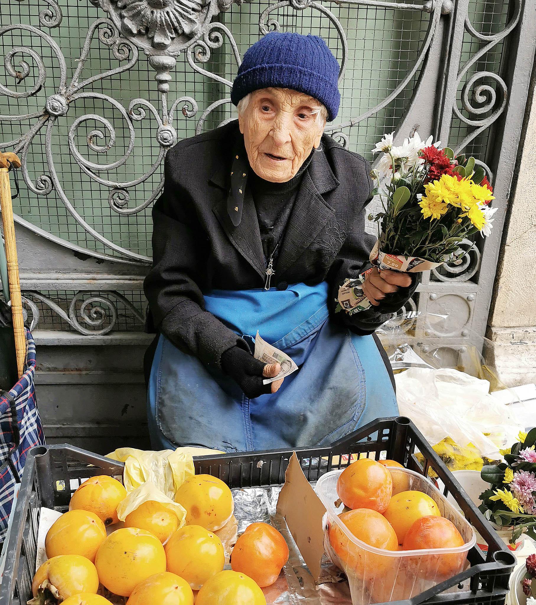 Katica Rubelj svakoga dana prodaje cvijeće ili voće iz svoga kozalskog vrta / Snimila Mirjana Grce