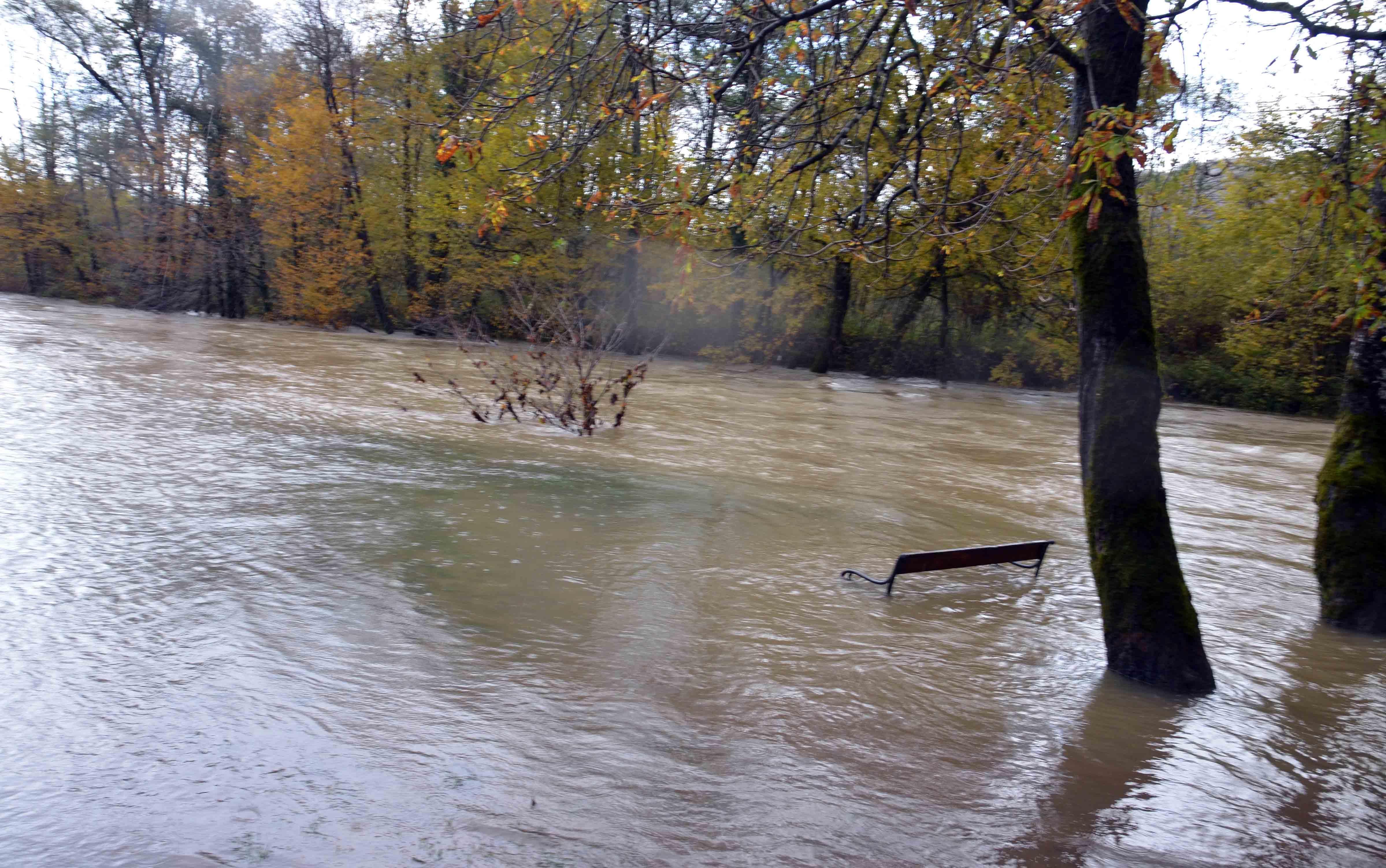 Romantična klupica na ušću Kupice u Kupu sva je pod vodom / Snimio Marinko KRMPOTIĆ