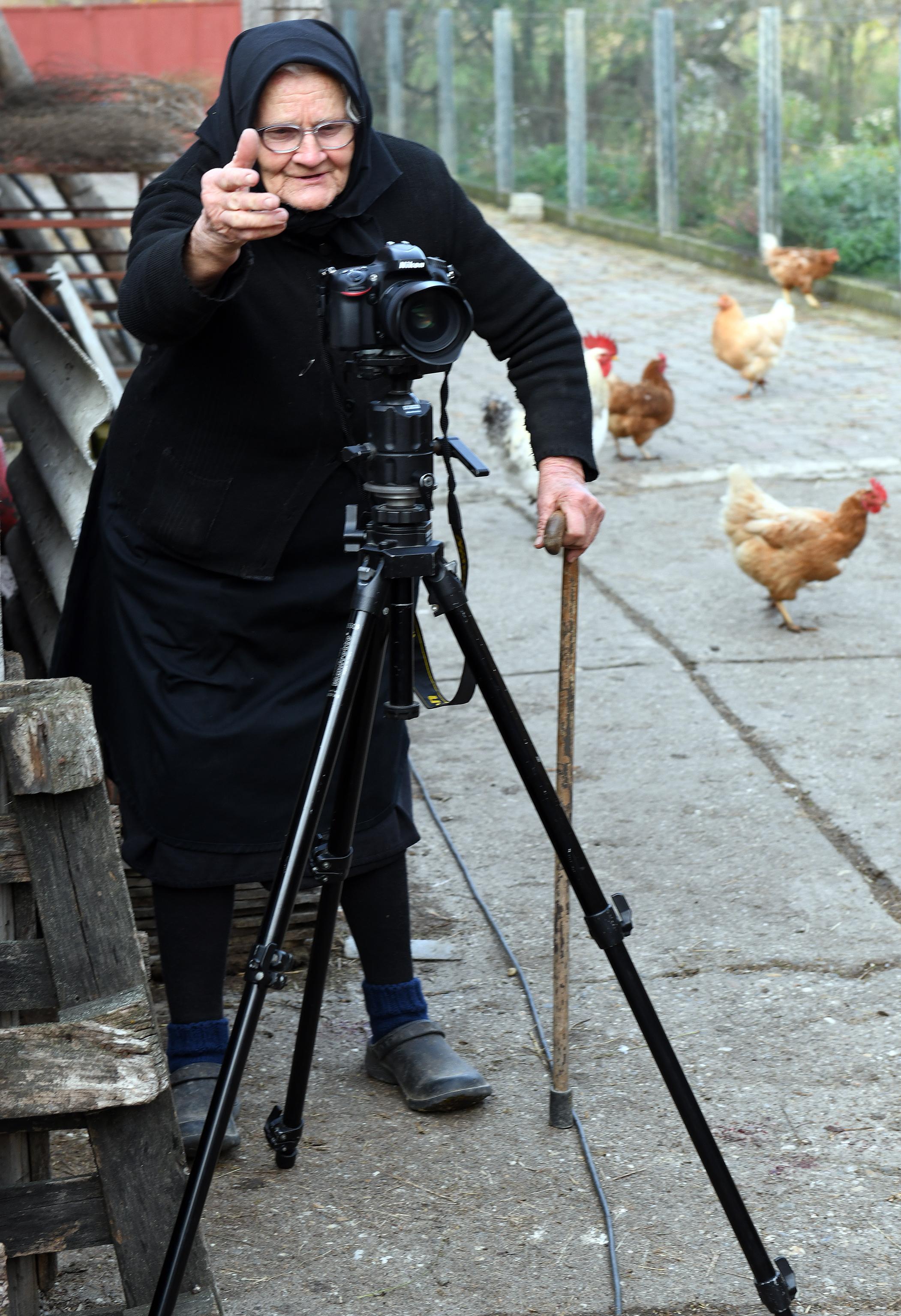 Mali, miči mi ovu snimalicu s puta, inače ću te ja snimiti štapom, rekla je teta Marica fotoreporteru / Snimio Marko GRACIN