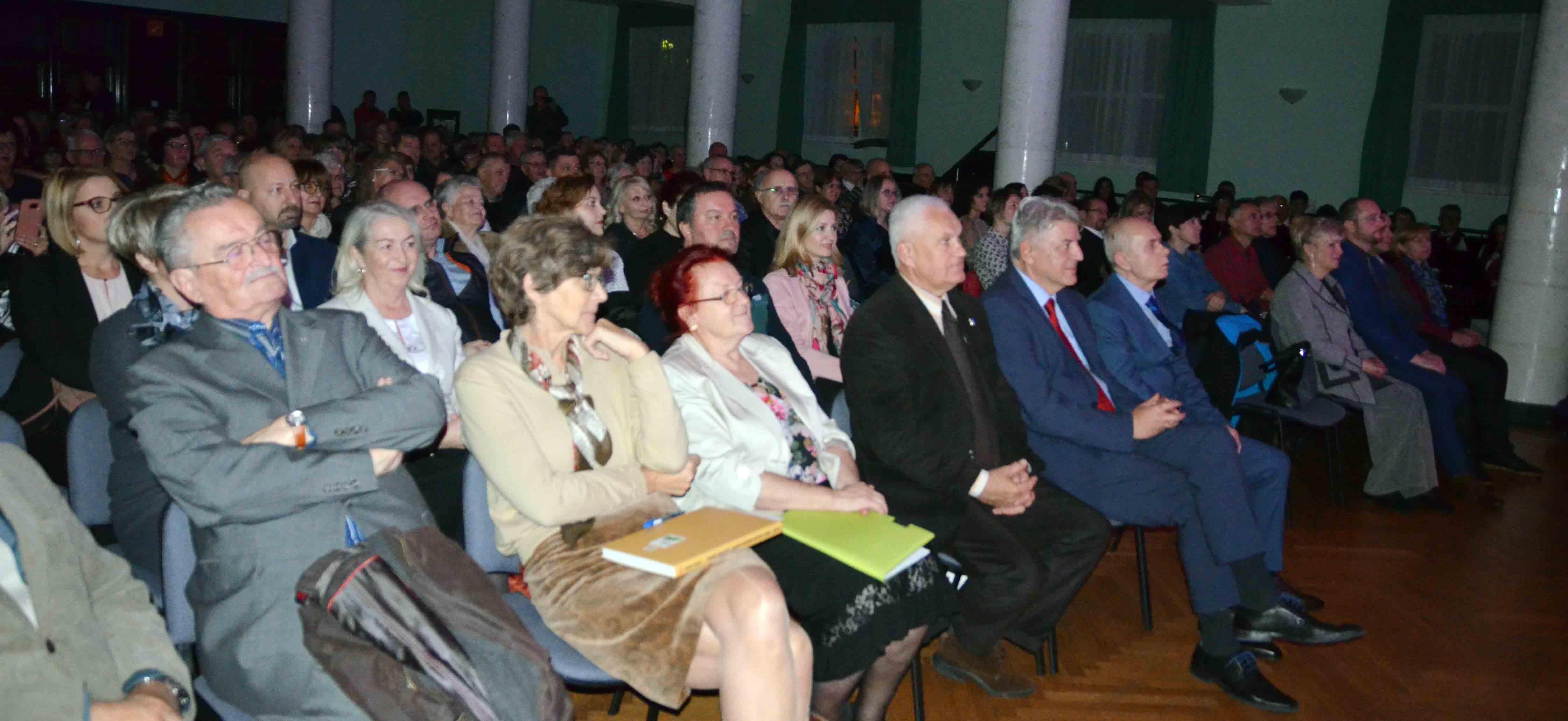 Prepuna dvrana Radničkog doma na svečarskoj fešti Radija Gorski kotar / Snimio Marinko KRMPOTIĆ