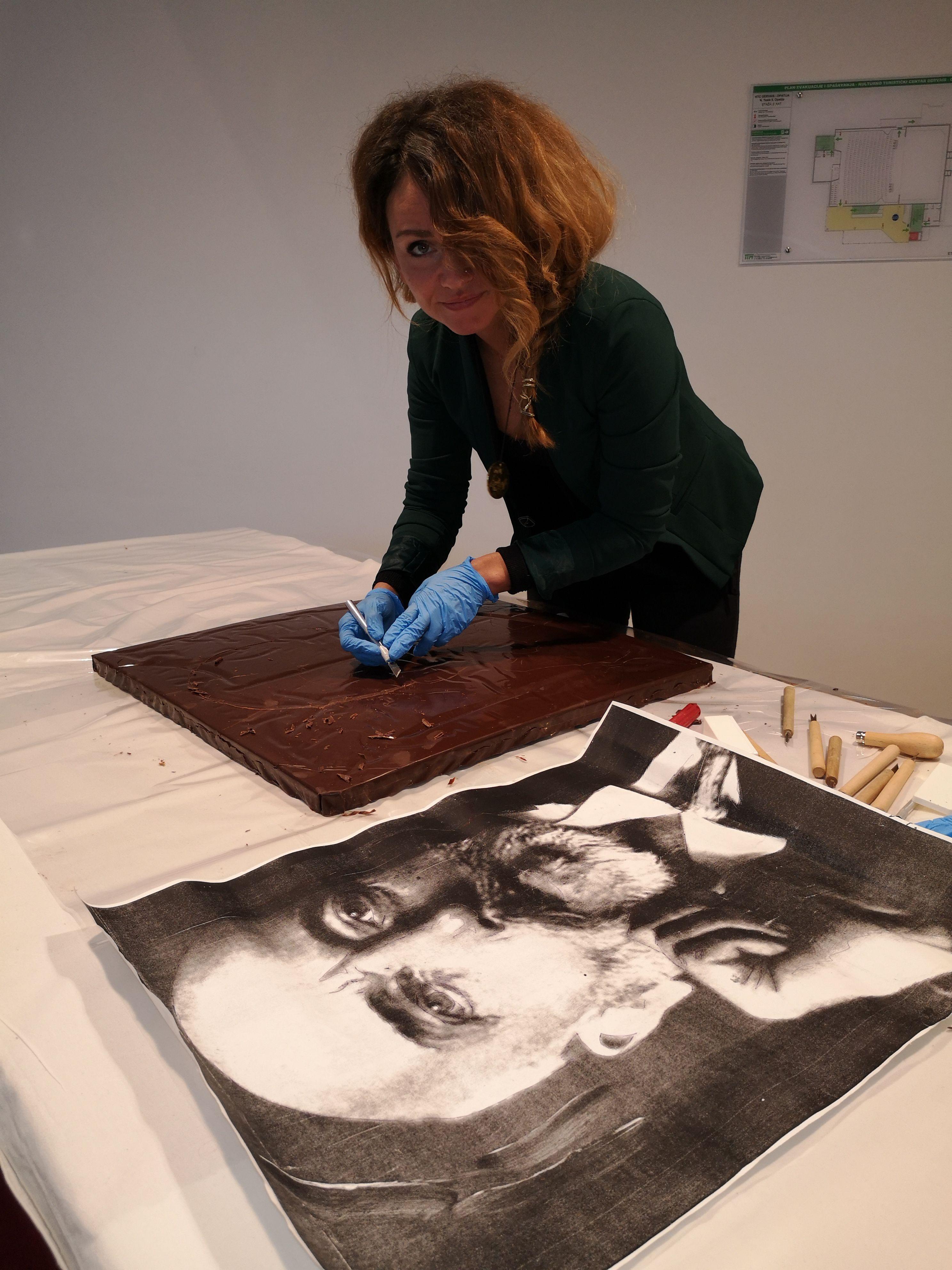 Umjetnica Georgette Yvette Ponte rezbari lik Andrije Mohorovičića u čokoladnoj ploči / Snimila Marina KIRIGIN