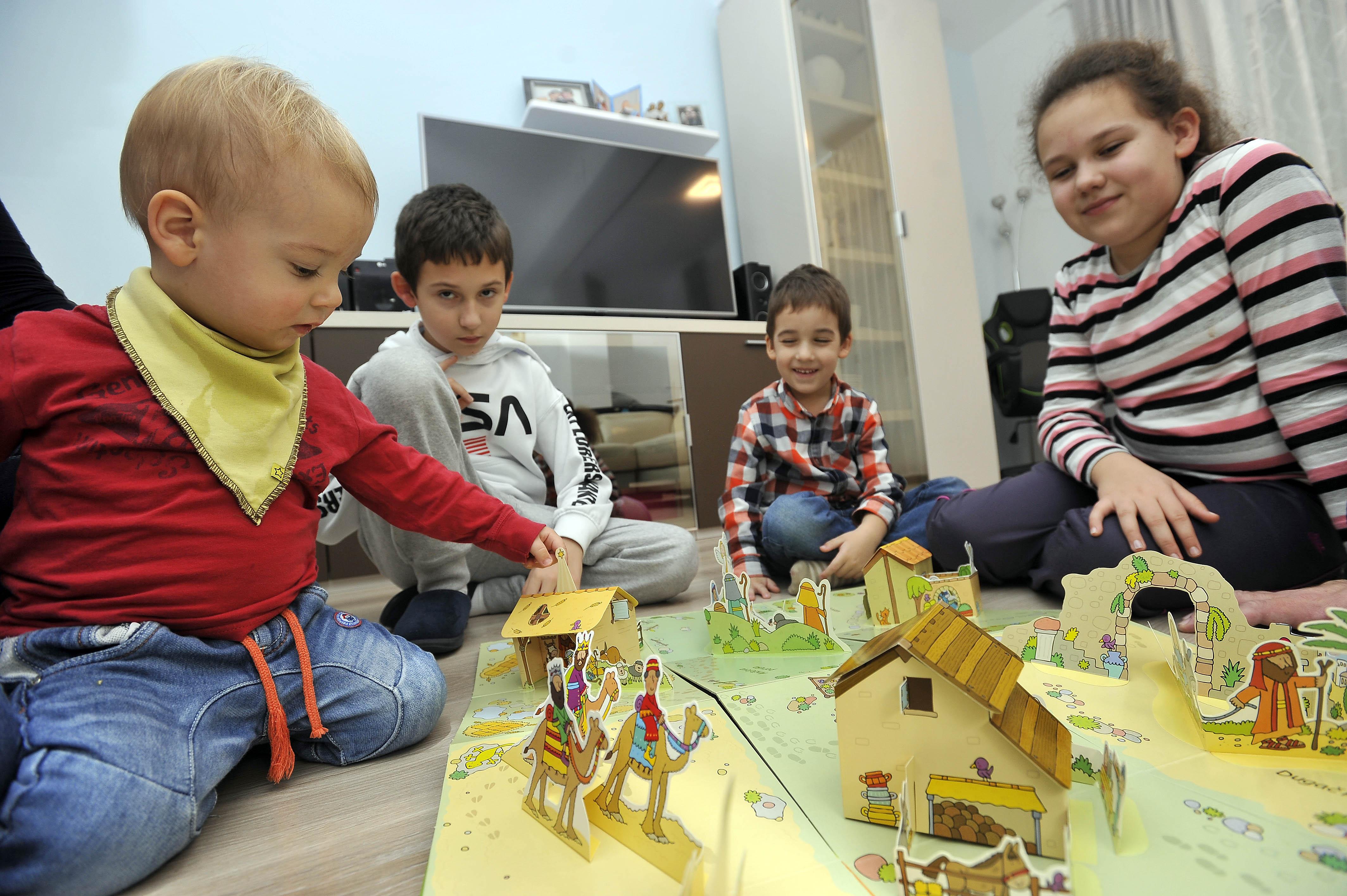 Obitelj Bunčić: Josip, Ivan, Andrija i Dora – zabava uz božićnu slikovnicu / Snimio Davor KOVAČEVIĆ