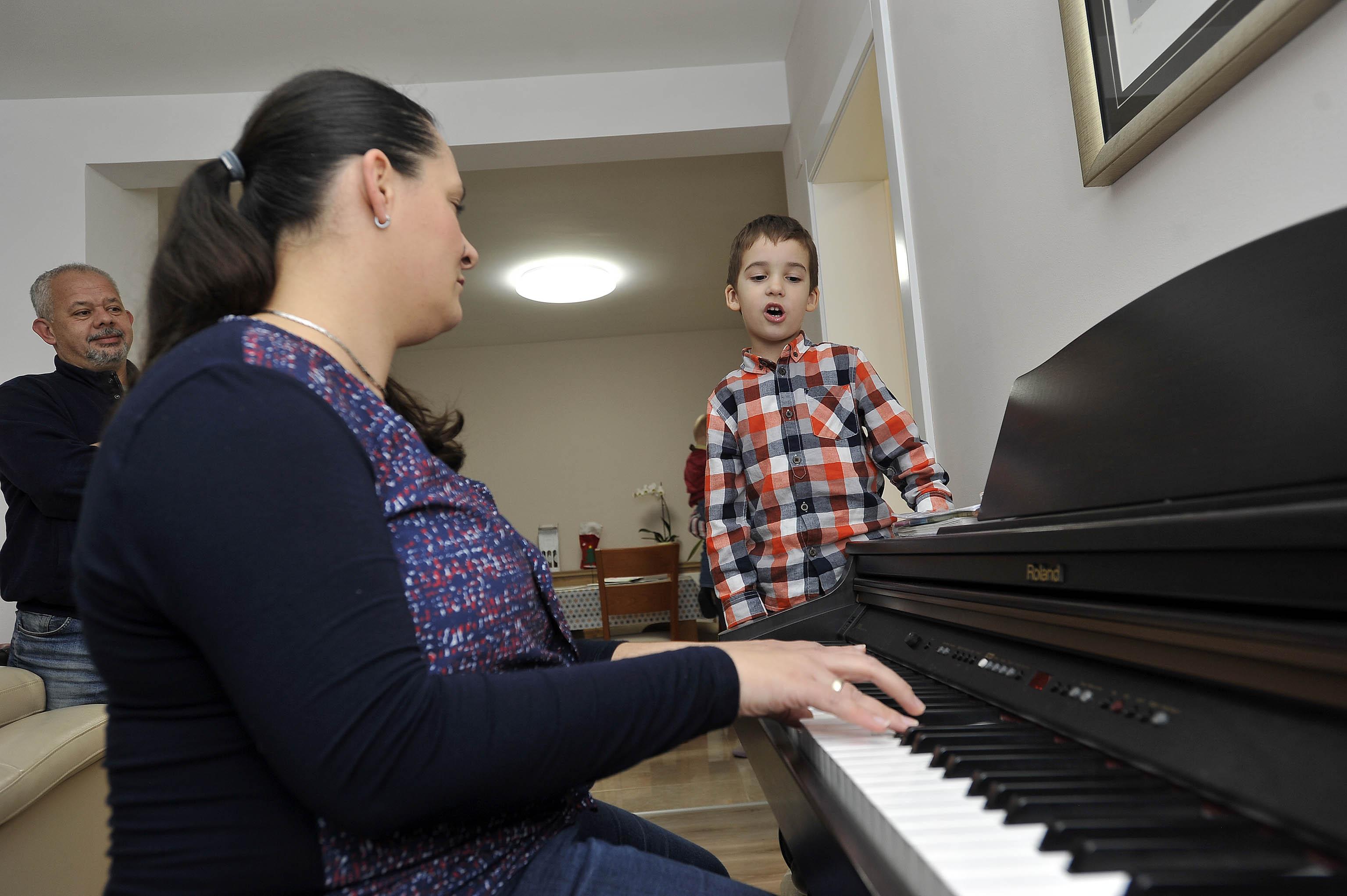 Božićne pjesme u Andrijinoj izvedbi i uz klavirsku pratnju mame Andrine / Foto Davor KOVAČEVIĆ