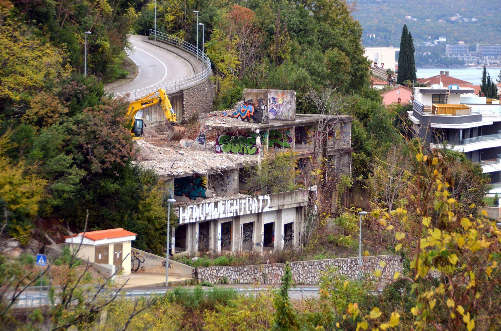 Ruši se tzv. nuklearka, nedovršena zgrada iza koje je stajao Gordan Širola, na Vrutkima, u Opatiji / Foto Nikola TURINA