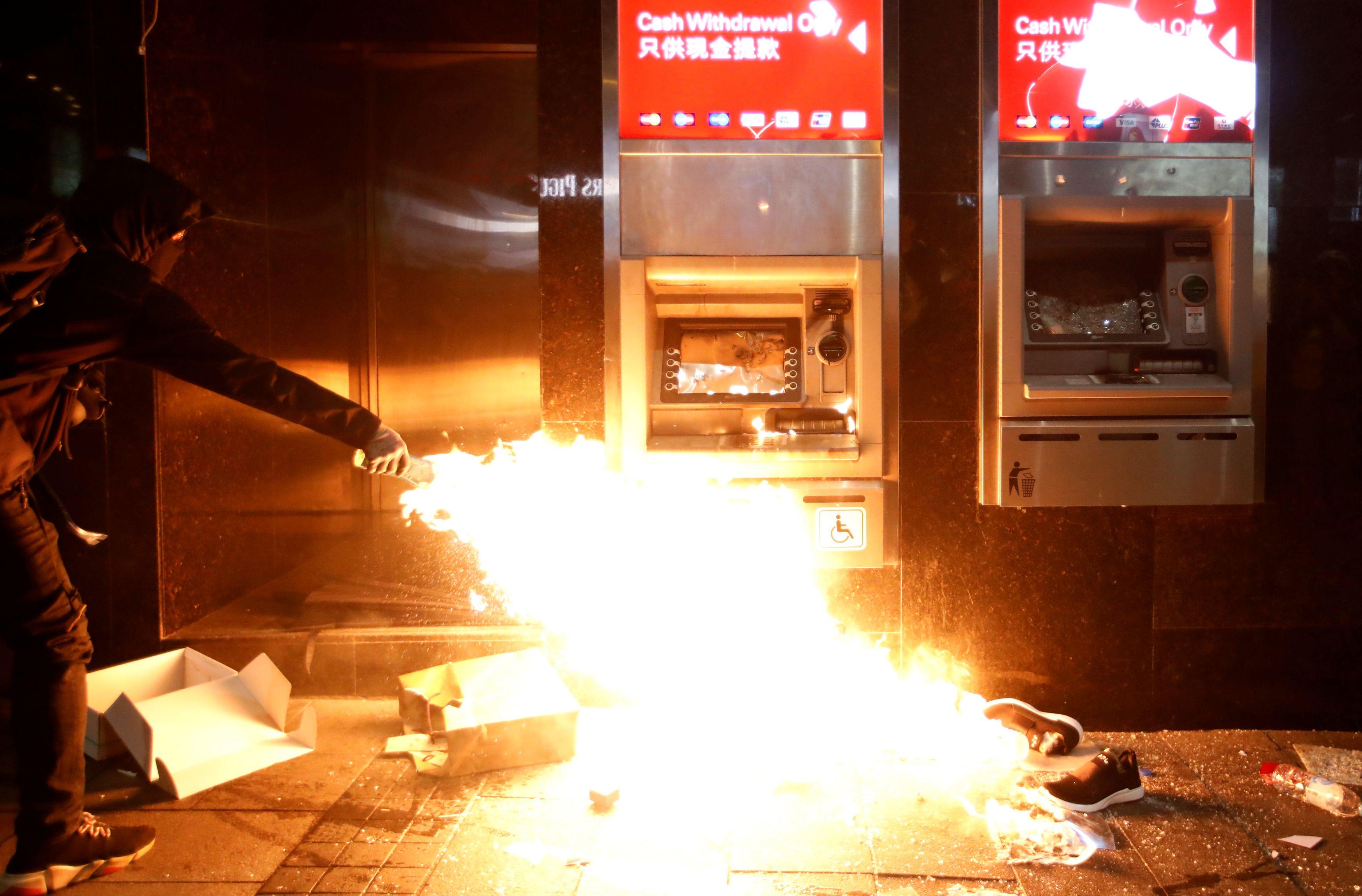 Palež na prosvjedima u Hong Kongu / Reuters