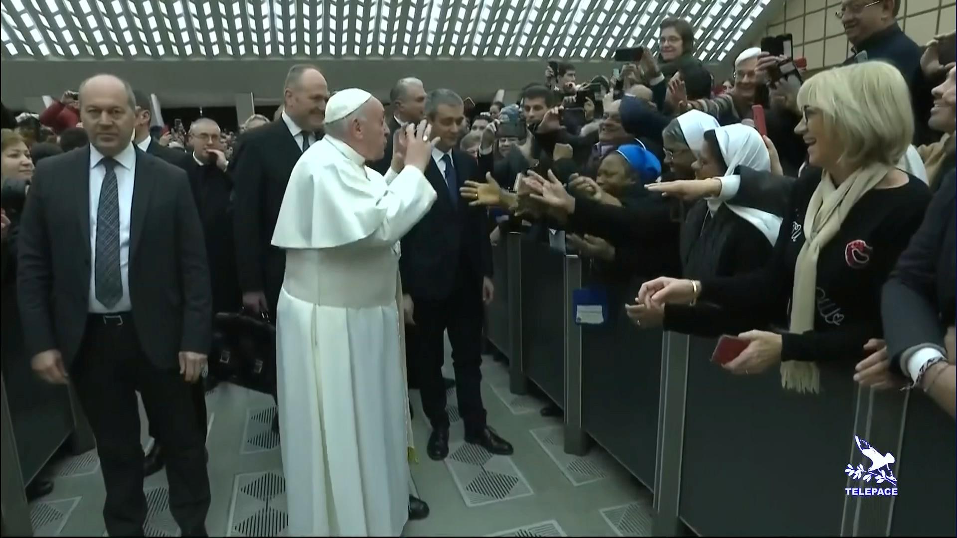 Papa Franjo poljubio časnu sestru / Reuters