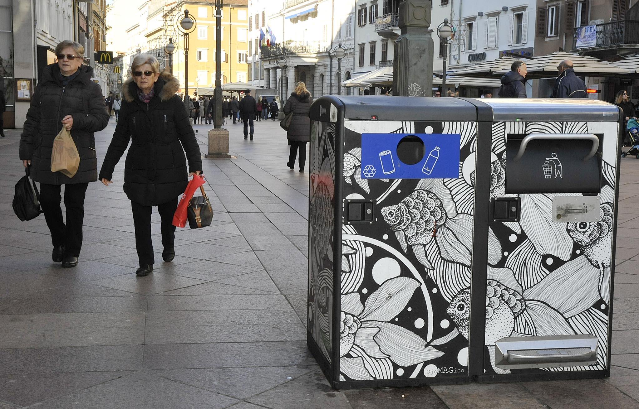 Spremnici za otpad na Korzu / Snimio Sergej DRECHSLER