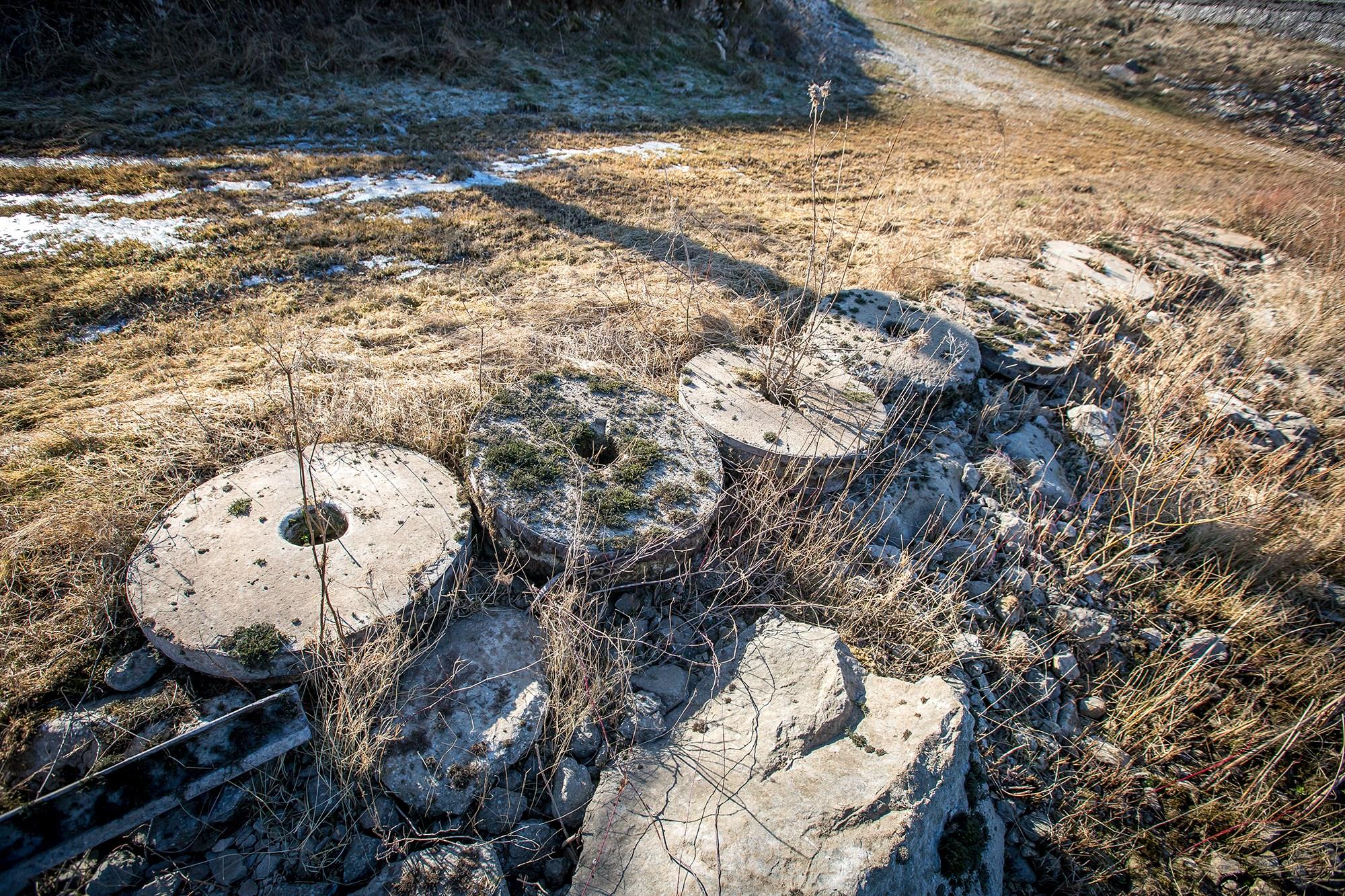 Prastari mlinski kamenovi izvađeni iz rijeke / Foto Nick MRAOVIĆ