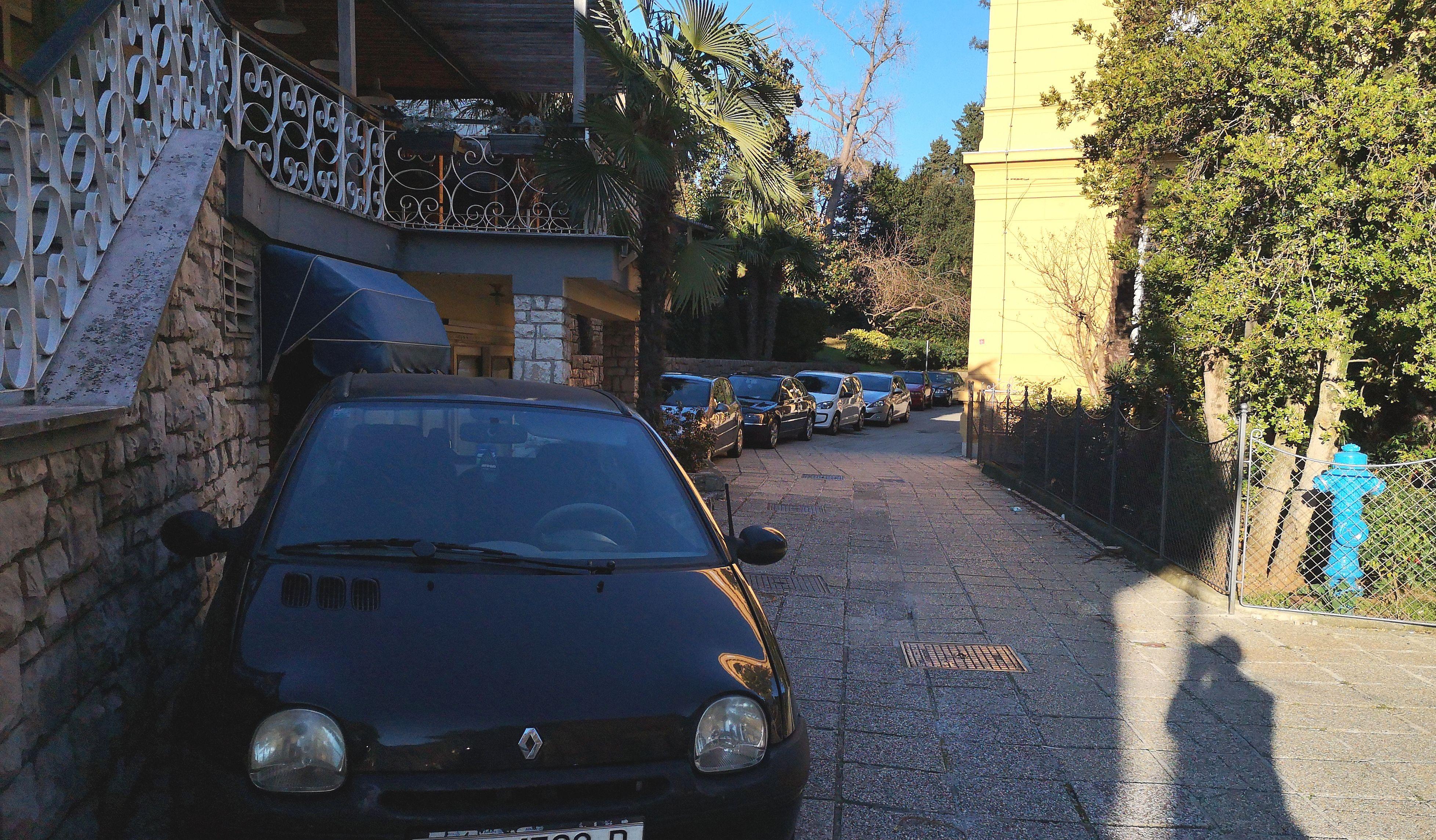 Kolona automobila parkirana na ulazu prema Parku Angiolina / Snimila Marina KIRIGIN