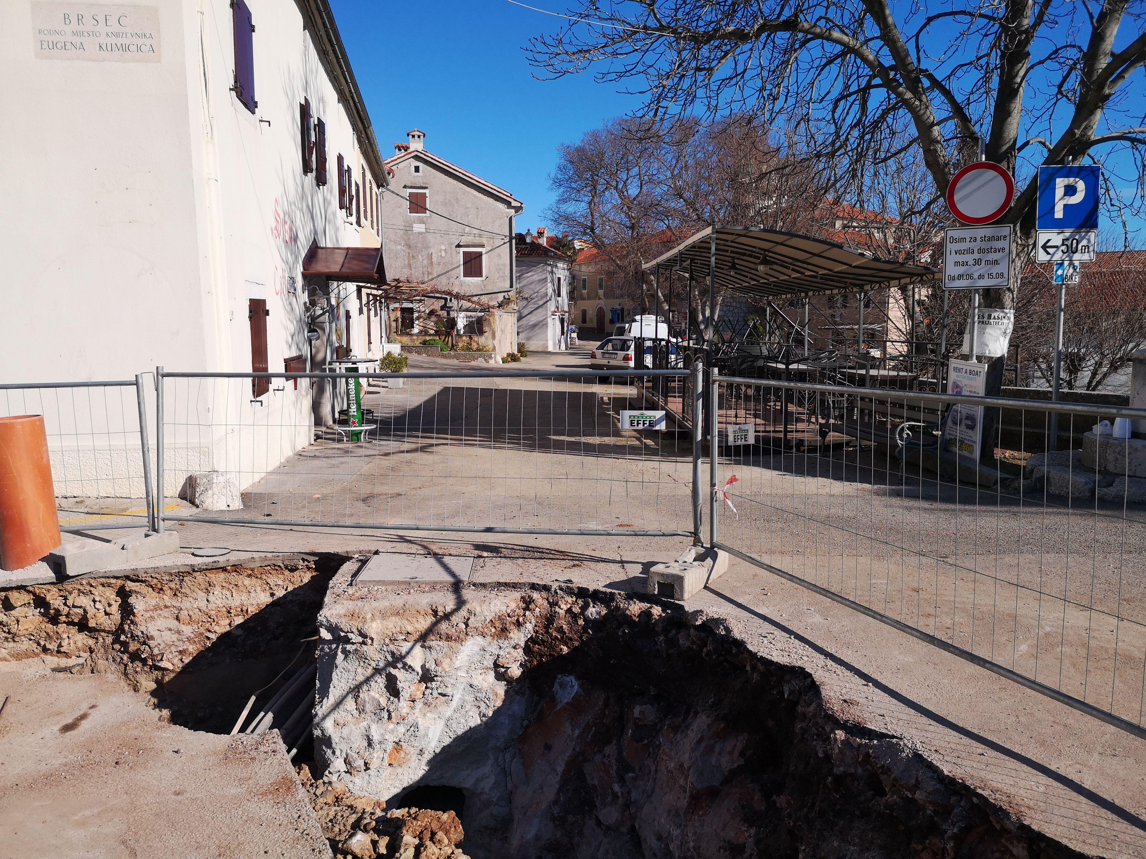 Vodovodno-kanalizacijski radovi su u tijeku u samoj staroj jezgri Brseča / Snimila Marina KIRIGIN
