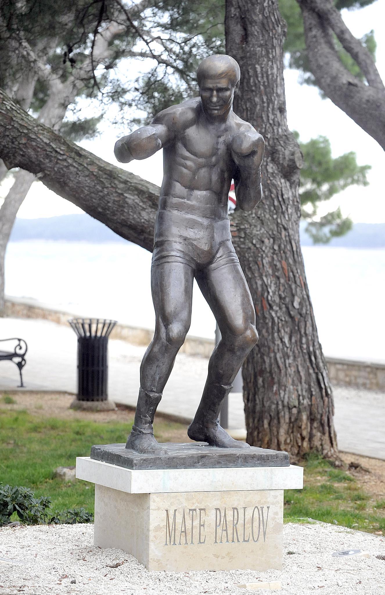 Ponosni da je čovjek poput Mate Parlova živio među nama, podigli su mu i spomenik / Snimio Sergej DRECHSLER