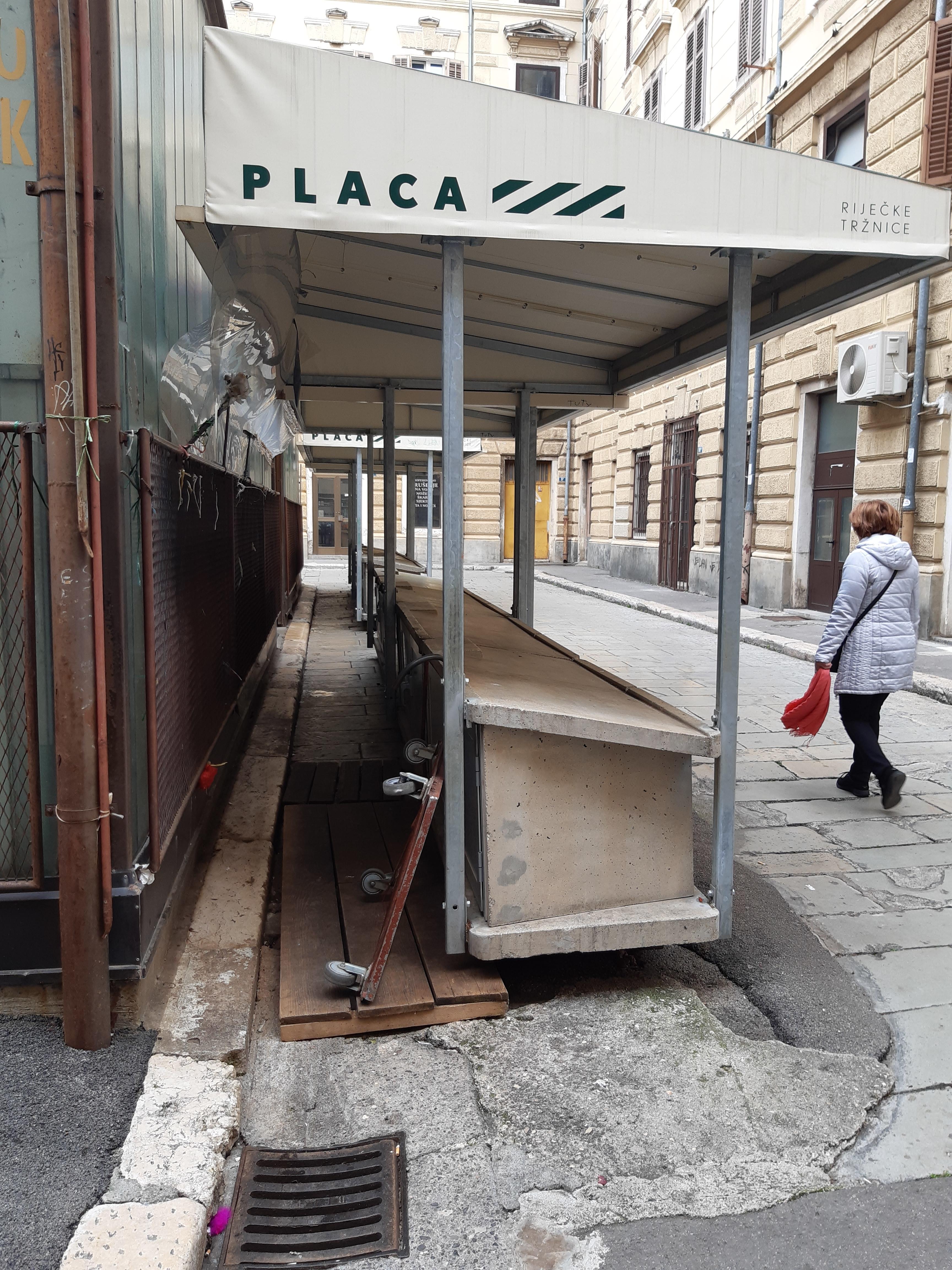 Dva nova štanda uz sam ulaz zatvorenog objekta zjape prazni /Snimila Slavica KLEVA