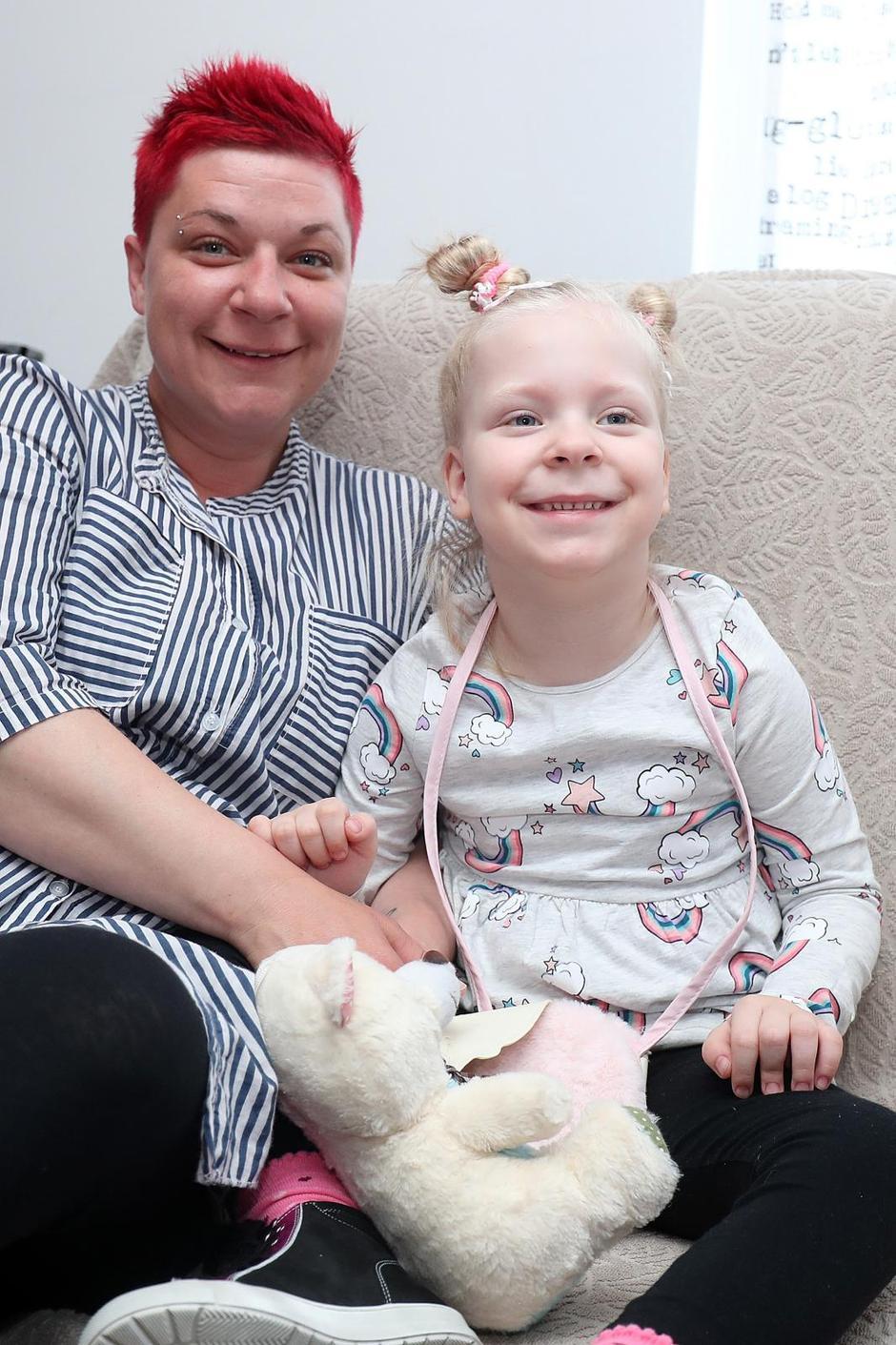 Nora Kuserbaj s majkom, Foto Goran Stanzl/PIXSELL