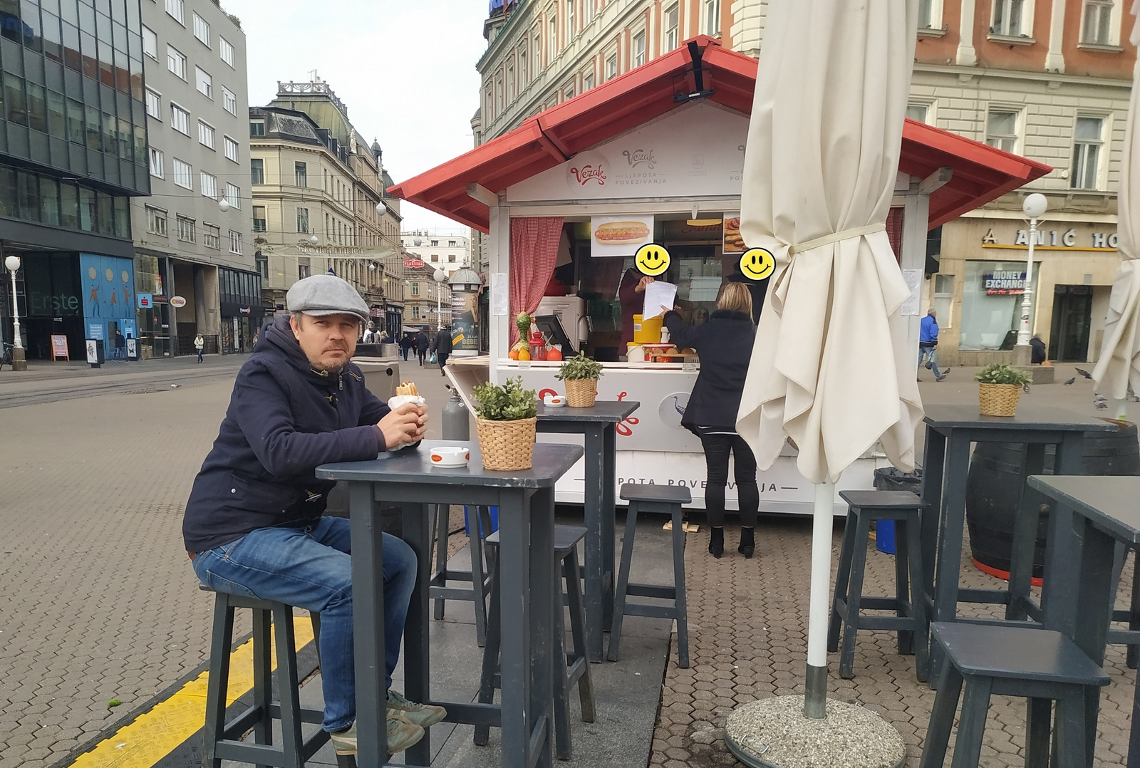 Dario Juričan jede kobasicu u Deft projectu