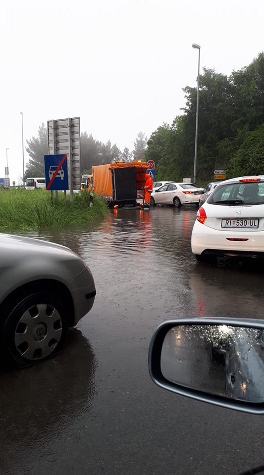 Poplava na cesti, Diračje, Foto Problemi u prometu - Rijeka i okolica / facebbok /J.D.