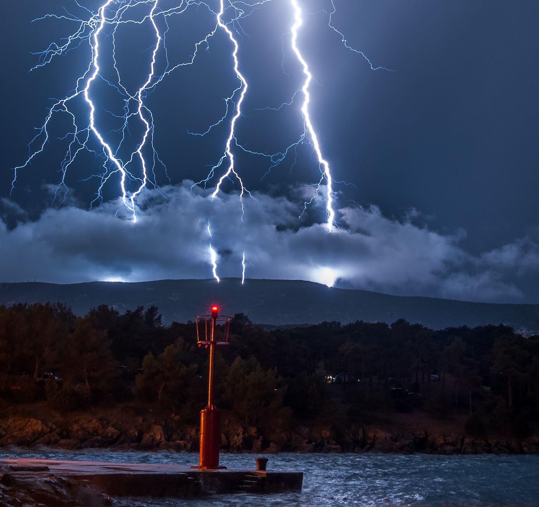 Lovac na oluje s otoka Lošinja, genijalnim fotografijama munja, oblaka i drugih meteoroloških pojava izaziva oduševljenje ljudi diljem Hrvatske, ali i inozemstva