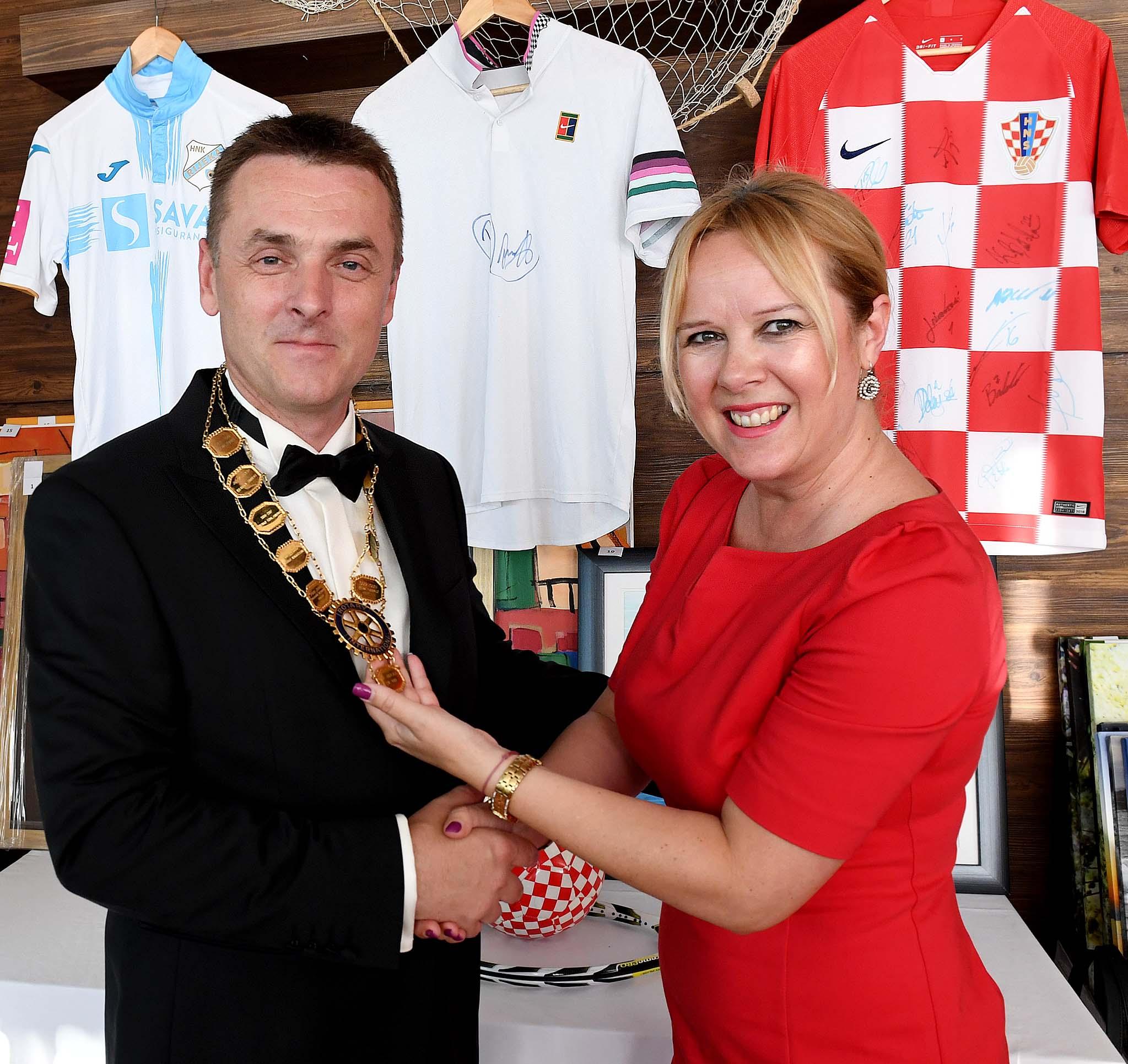 Aukcijska večer riječkog Rotary cluba, Zlatan Car dobio kolajnu od Amire Predovan / Foto Ivica TOMIĆ