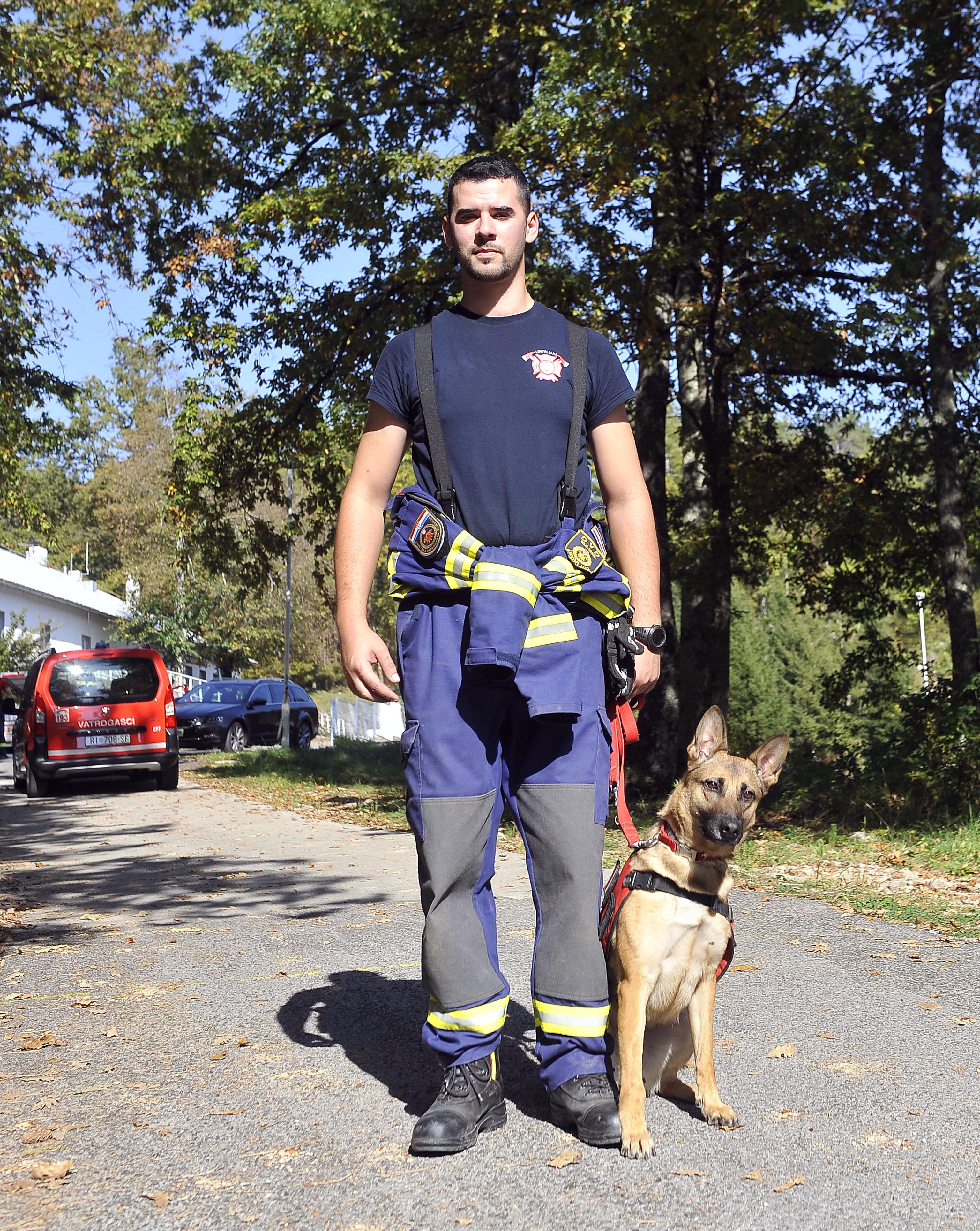 Aleksandar Miličević i pas Kira, psi spasitelji, vatrogasni tim K-9, DVD Kras Šapjane, snimio Vedran KARUZA