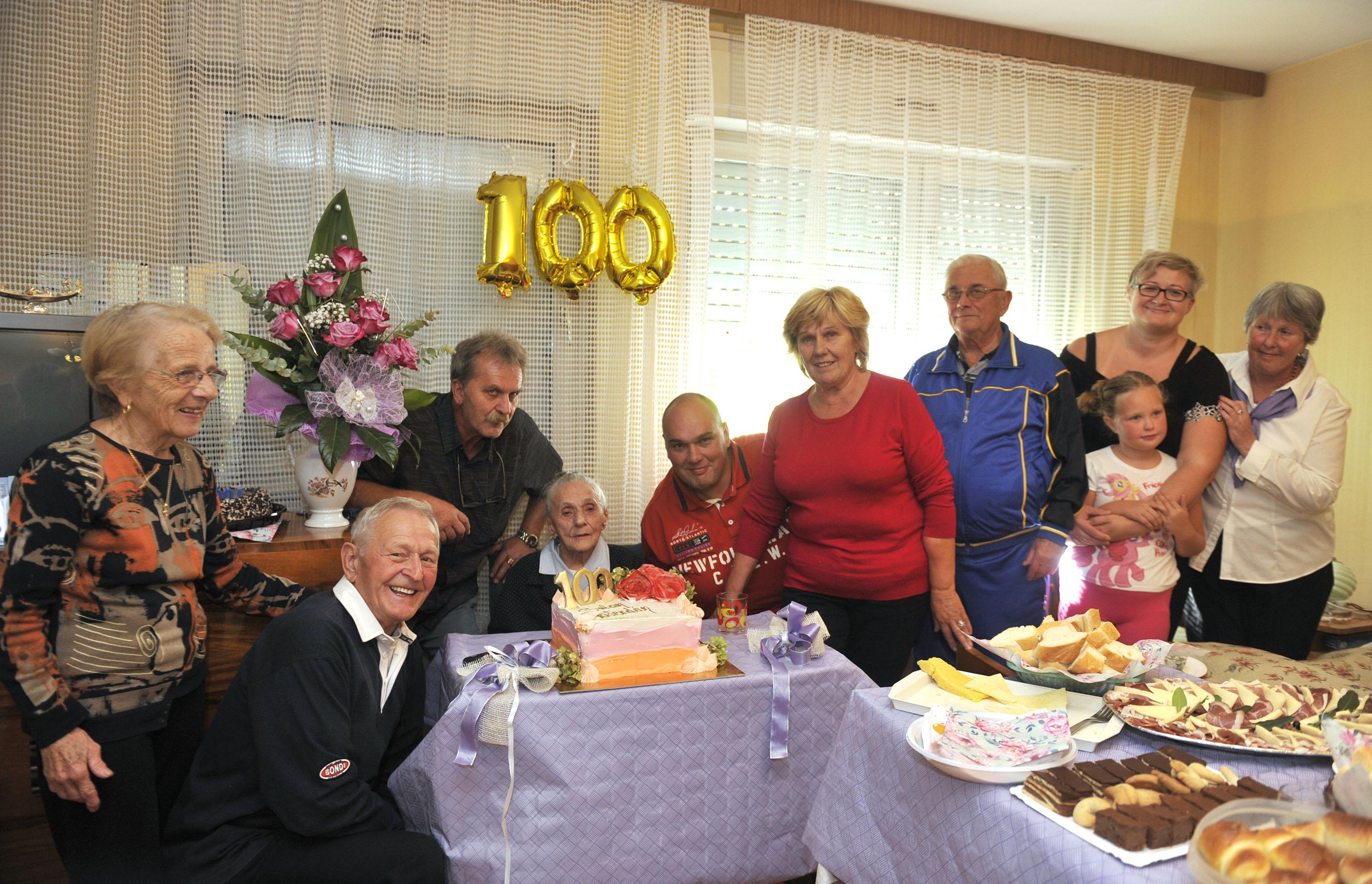 Nada Žmarić slavi stoti rođendan u društvu rodbine i susjeda / Snimio Vedran KARUZA