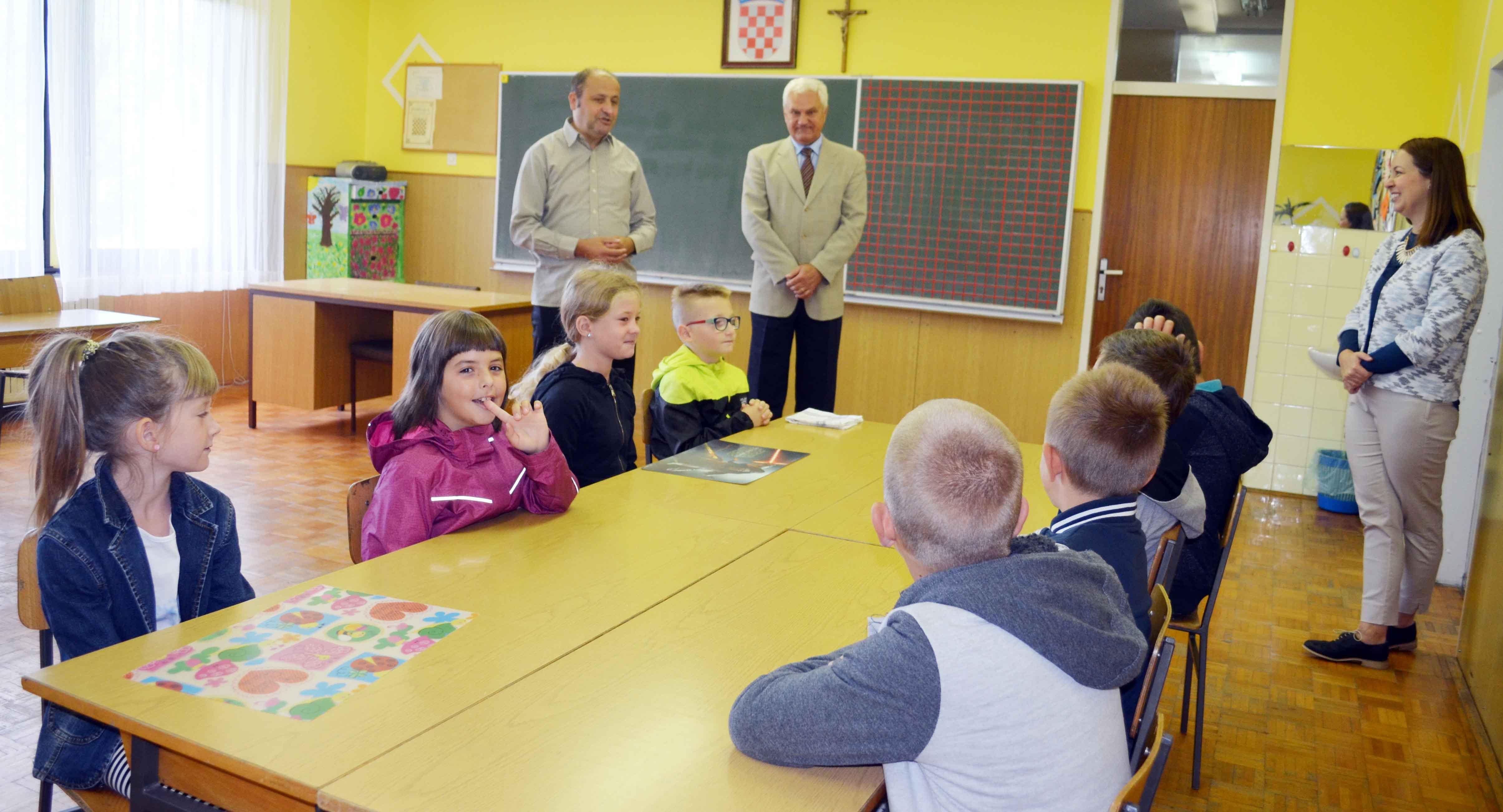 Crnoluške osnovce, njih osmero, pozdravili su ravnatelj škole Mladen Bolf te delnički gradonačelnik Ivica Knežević