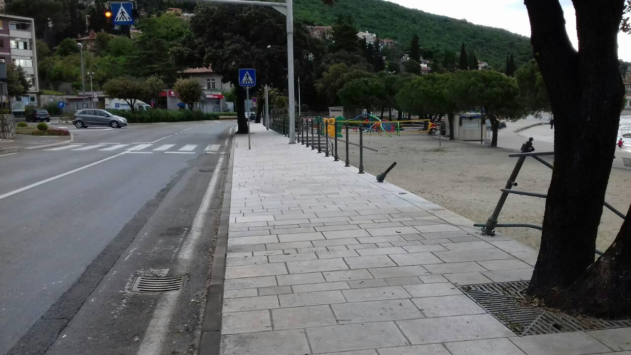 Fiat 500 probio ogradu i sletio na plažu Ičići, snimio Vedran KARUZA