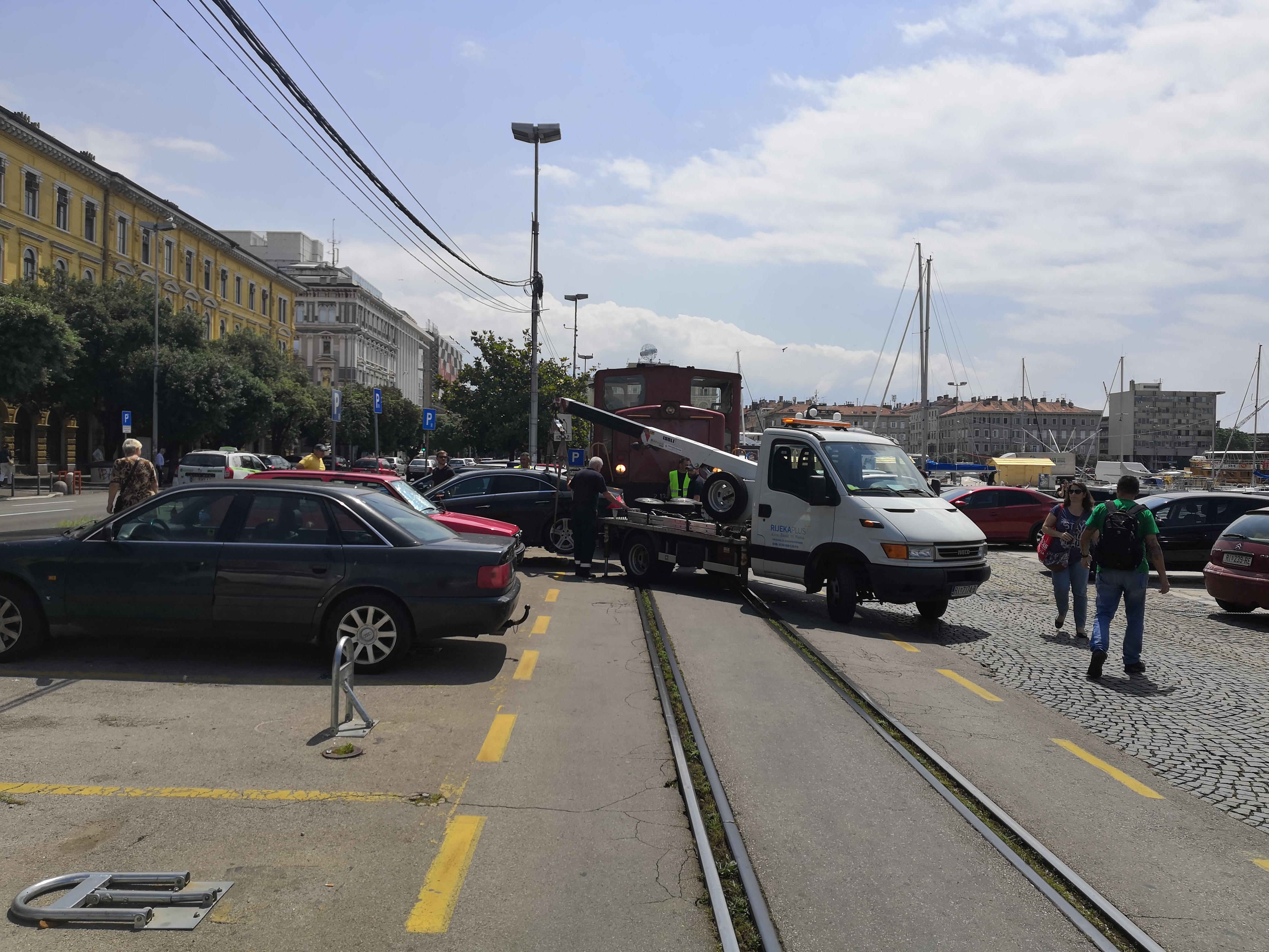 Mercedes prepriječio prolaz vlaku na obali, snimio Vladimir MRVOŠ