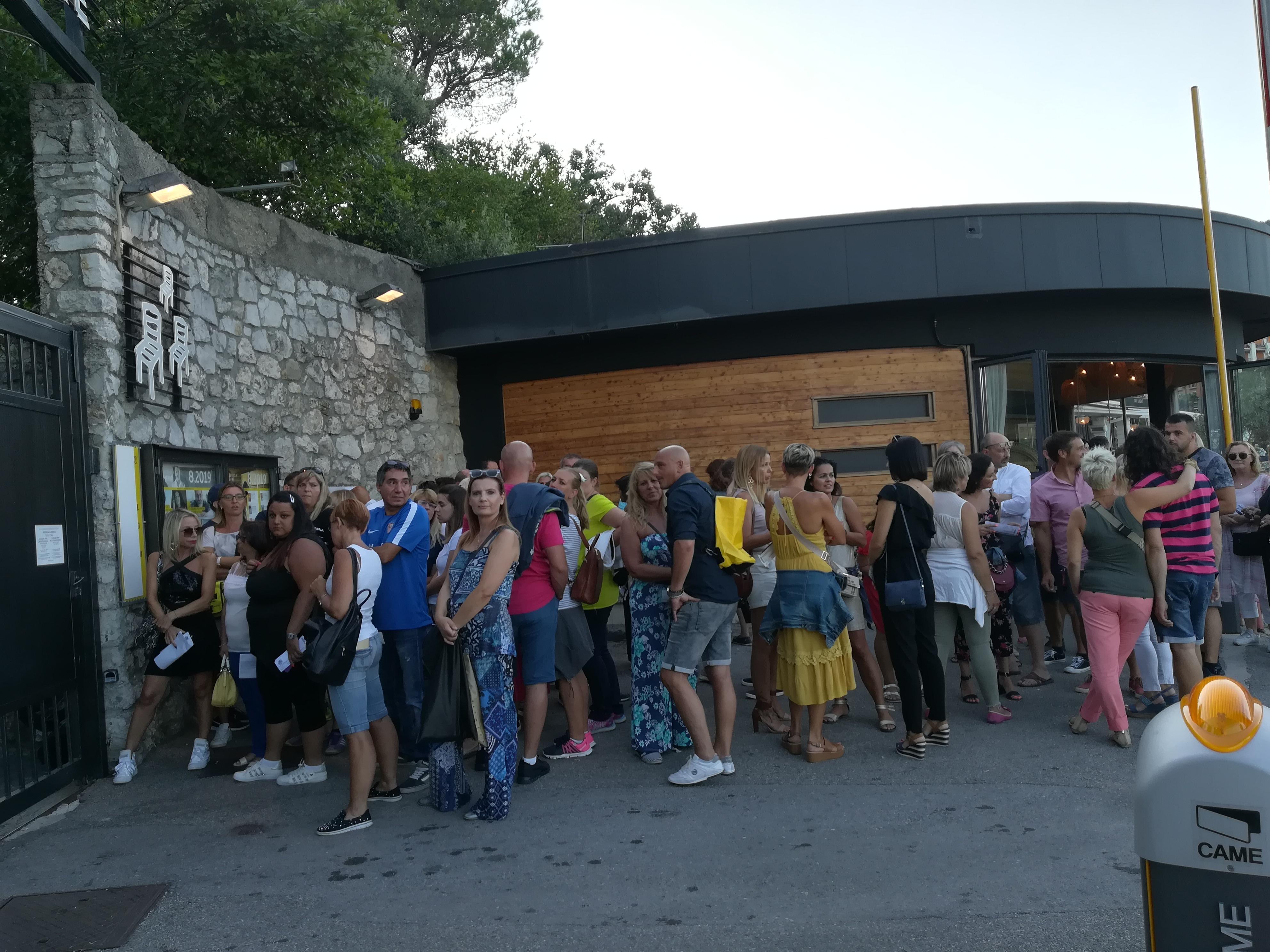 Kolona pred vratima Ljetne pozornice - koncert Erosa Ramazzottija / Snimila Aleksandra KUĆEL ILIĆ