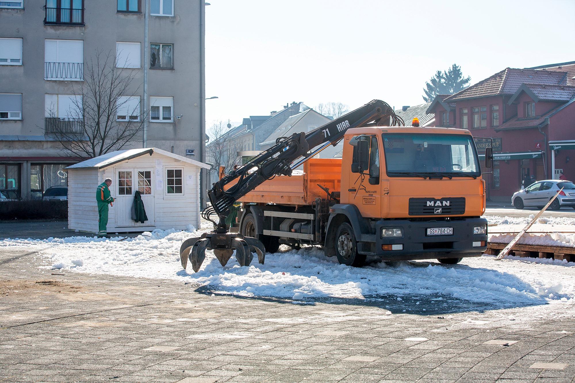 Led s klizališta se ne topi u Gospiću / Snimio Marin SMOLČIĆ