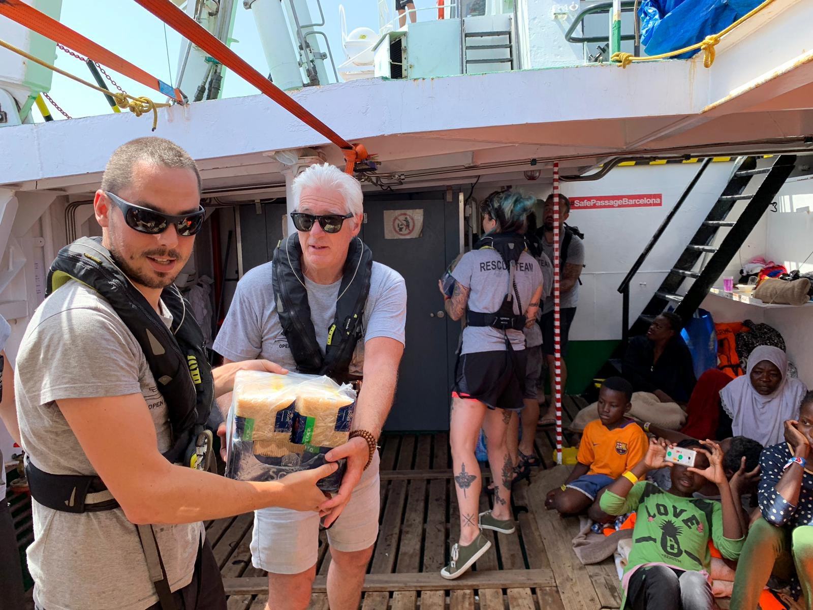 Richard Gere s migrantima blokiranima na brodu / Reuters