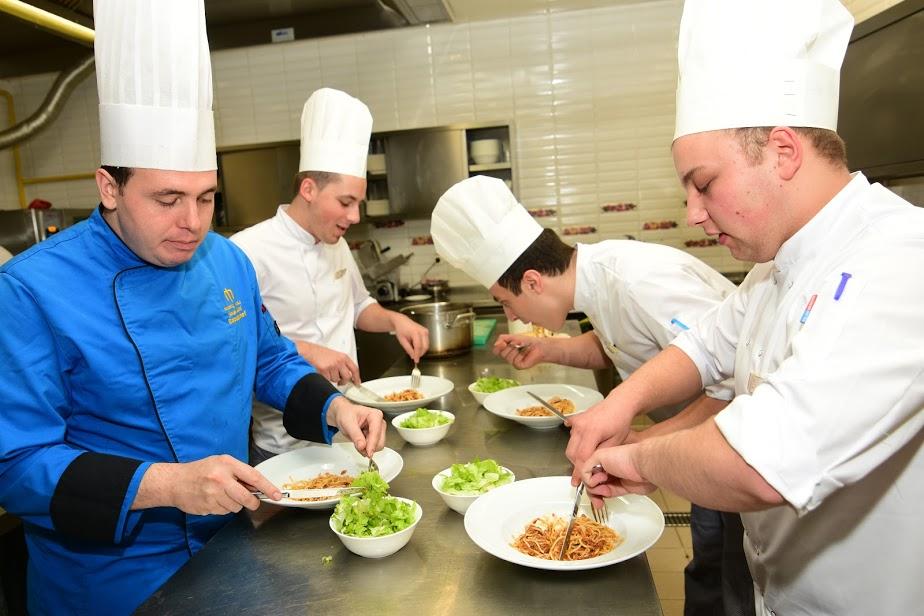 U Mileniju je posla toliko da kuhari najčešće jedu s nogu / Foto Marin ANIČIĆ
